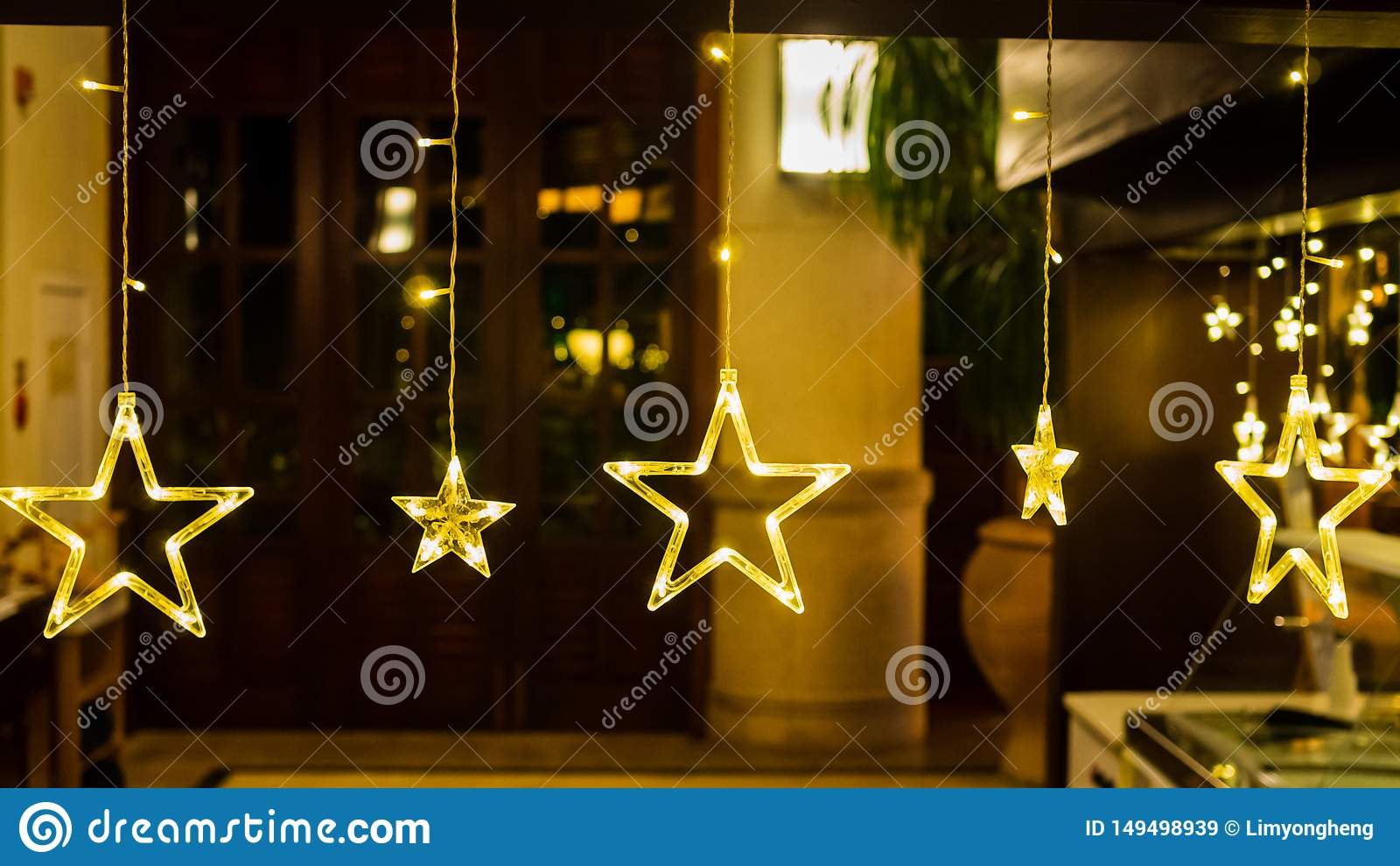 与温暖的黄灯的电星反对一个散开的背景