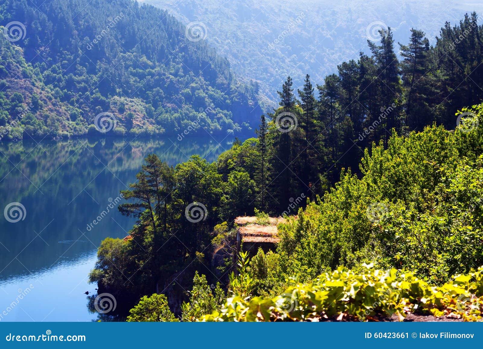 与湖的山风景