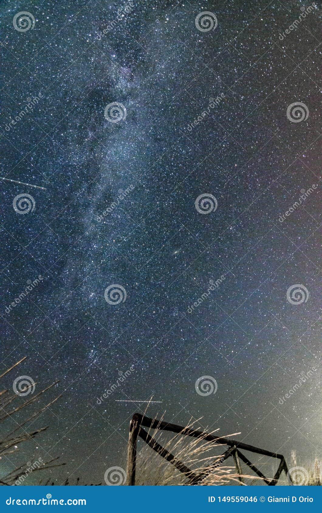 与满天星斗的天空和银河的夜风景