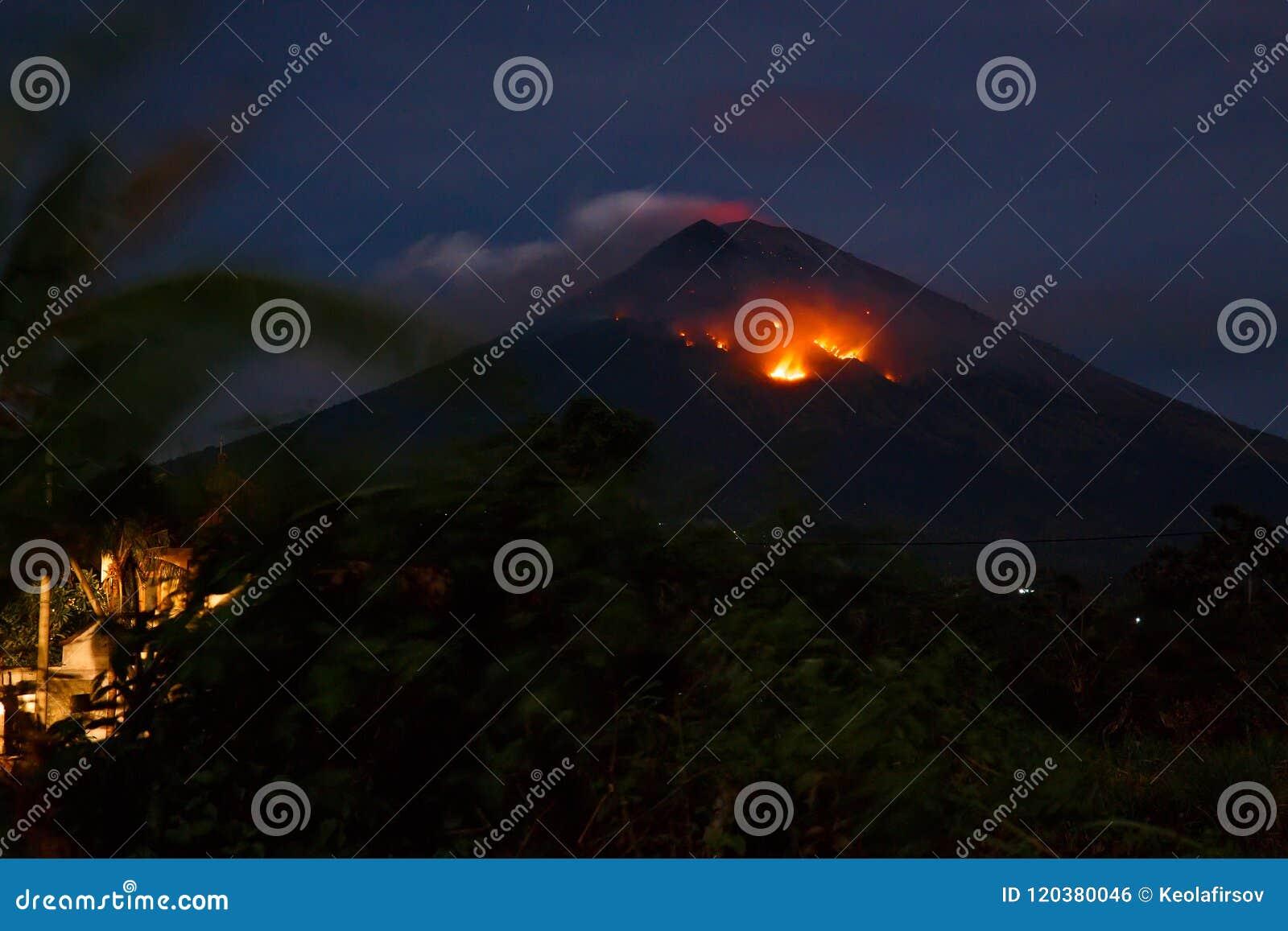 与火山阿贡lave的爆发在巴厘岛,印度尼西亚