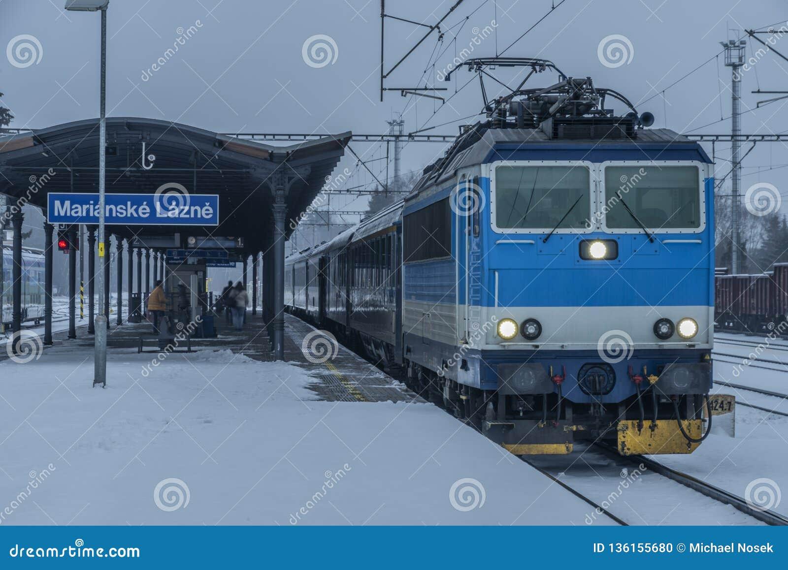 与火车的驻地玛丽亚温泉市在黑暗的雪冬日