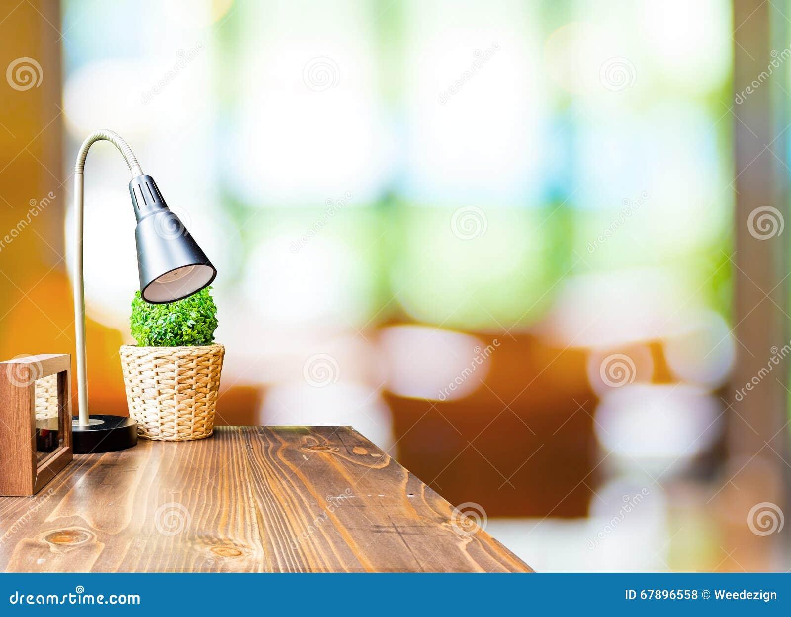 与灯的木桌和在被弄脏的庭院咖啡馆ba的画框