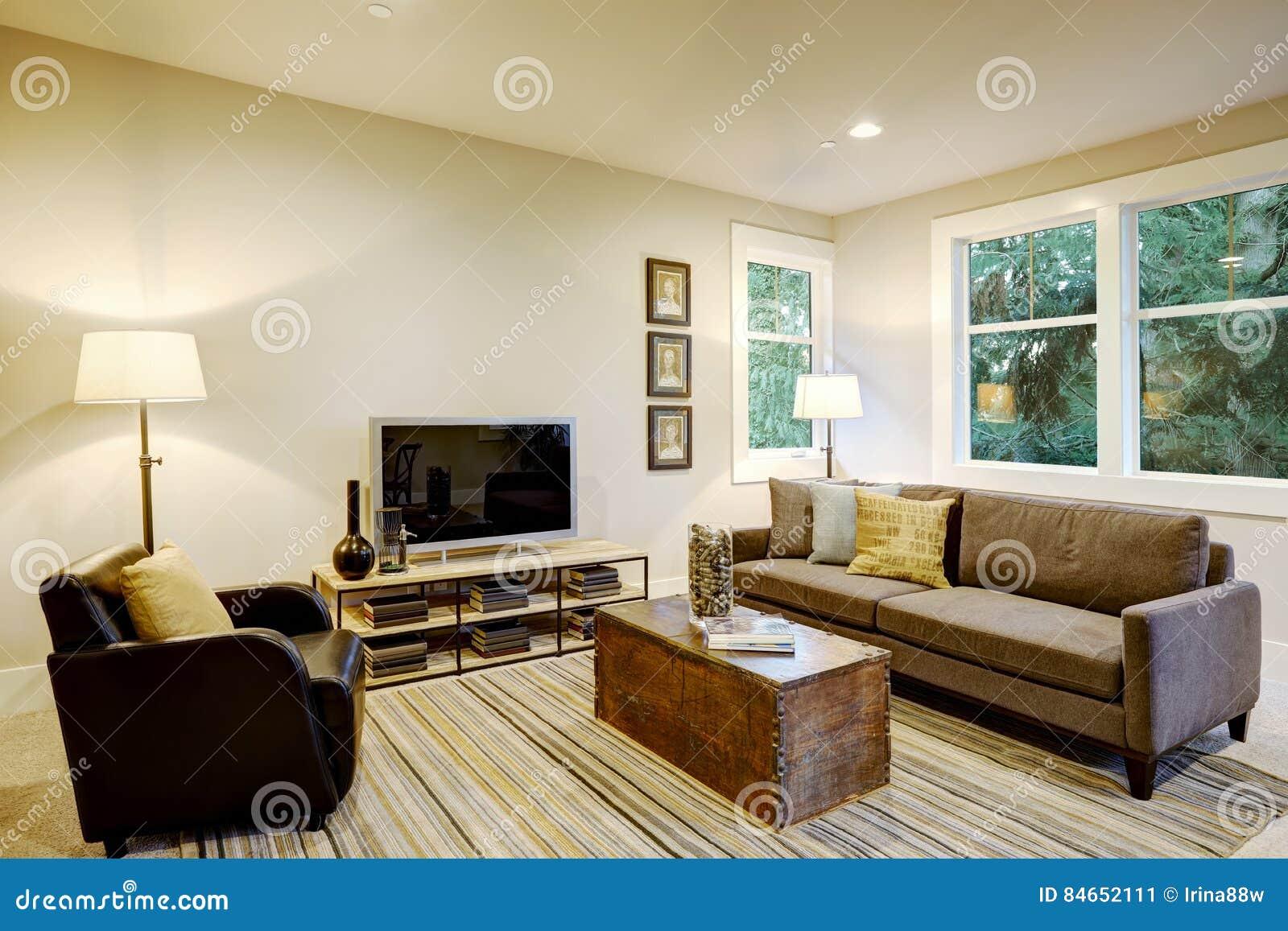 与灰色沙发和树干咖啡桌的家庭娱乐室内部