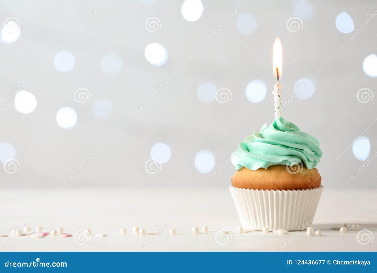 与灼烧的蜡烛的可口生日杯形蛋糕