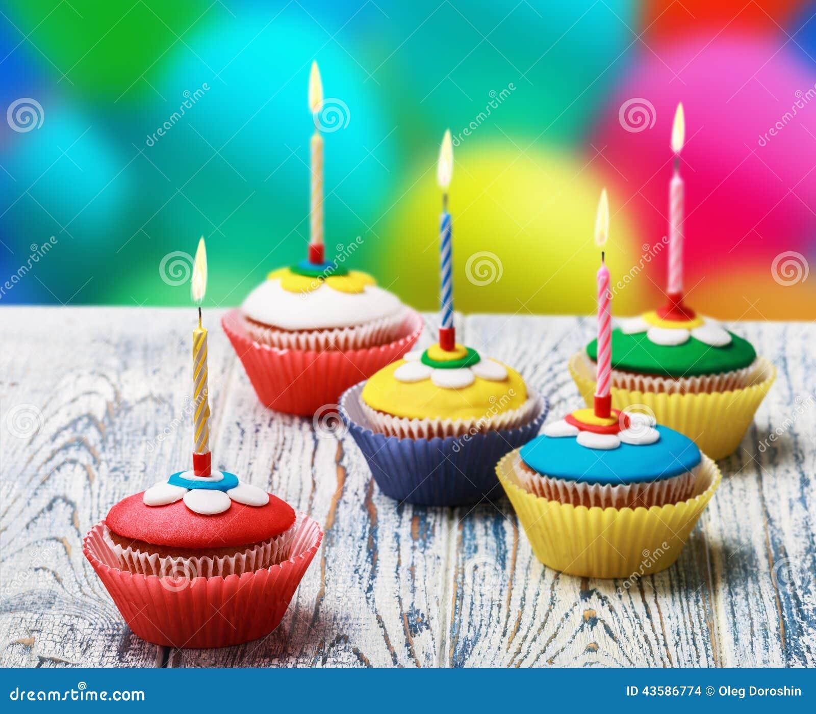 与灼烧的蜡烛的生日杯形蛋糕