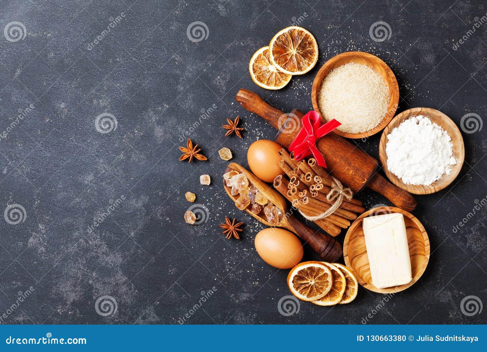 与烘烤成份的面包店背景烹调顶视图的圣诞节的 撒粉于,红糖、蛋和香料顶视图