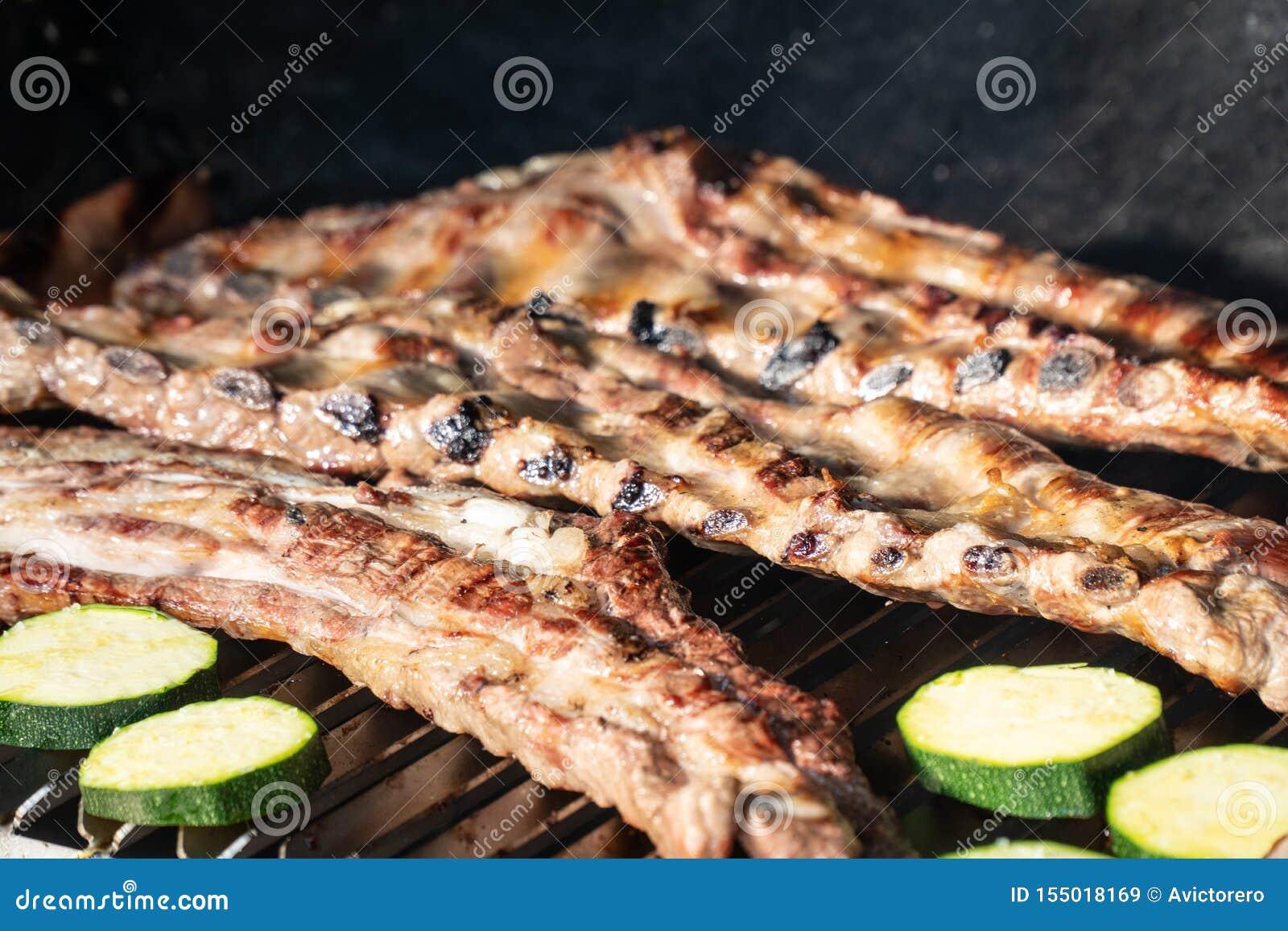 与烤排骨的烤肉格栅
