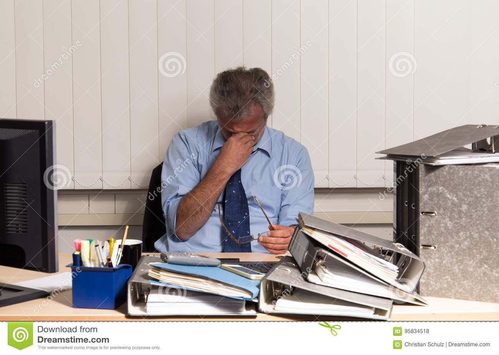 与烧坏的商人过度紧张在他的办公桌