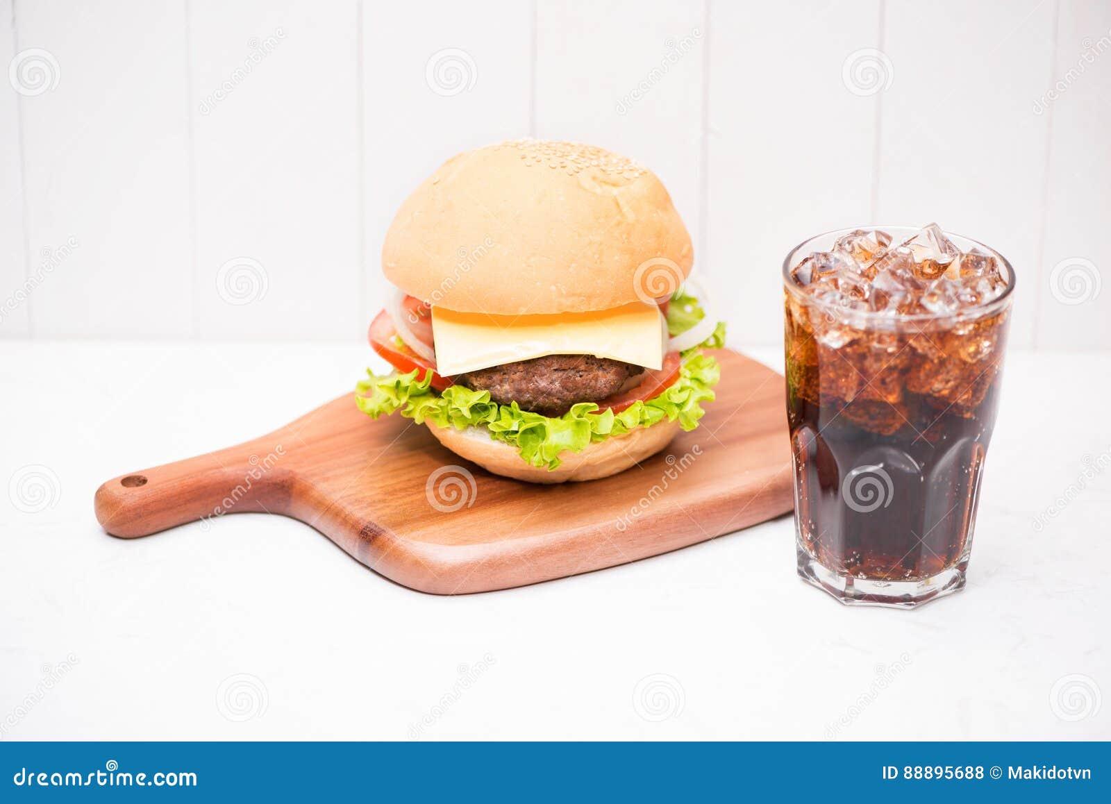 与焦炭的自创BBQ汉堡在木背景