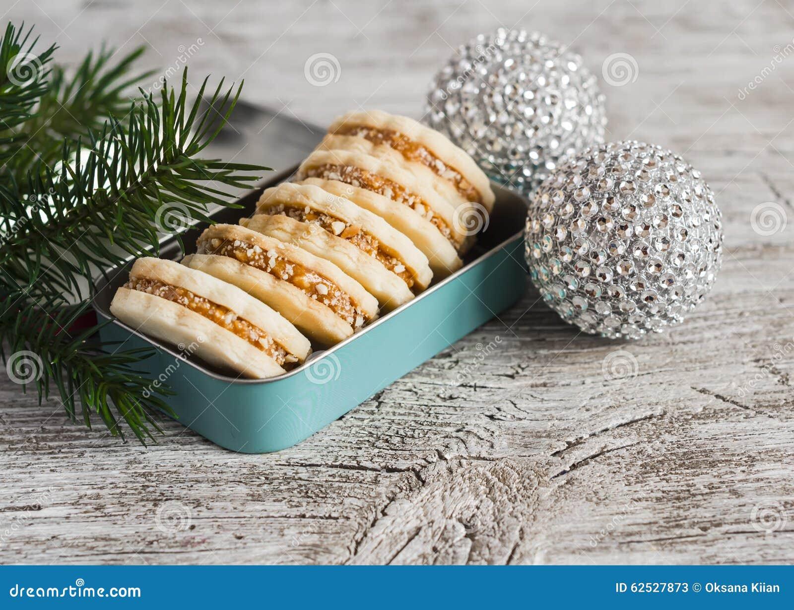 与焦糖奶油和核桃的曲奇饼在葡萄酒金属箱子,圣诞节装饰
