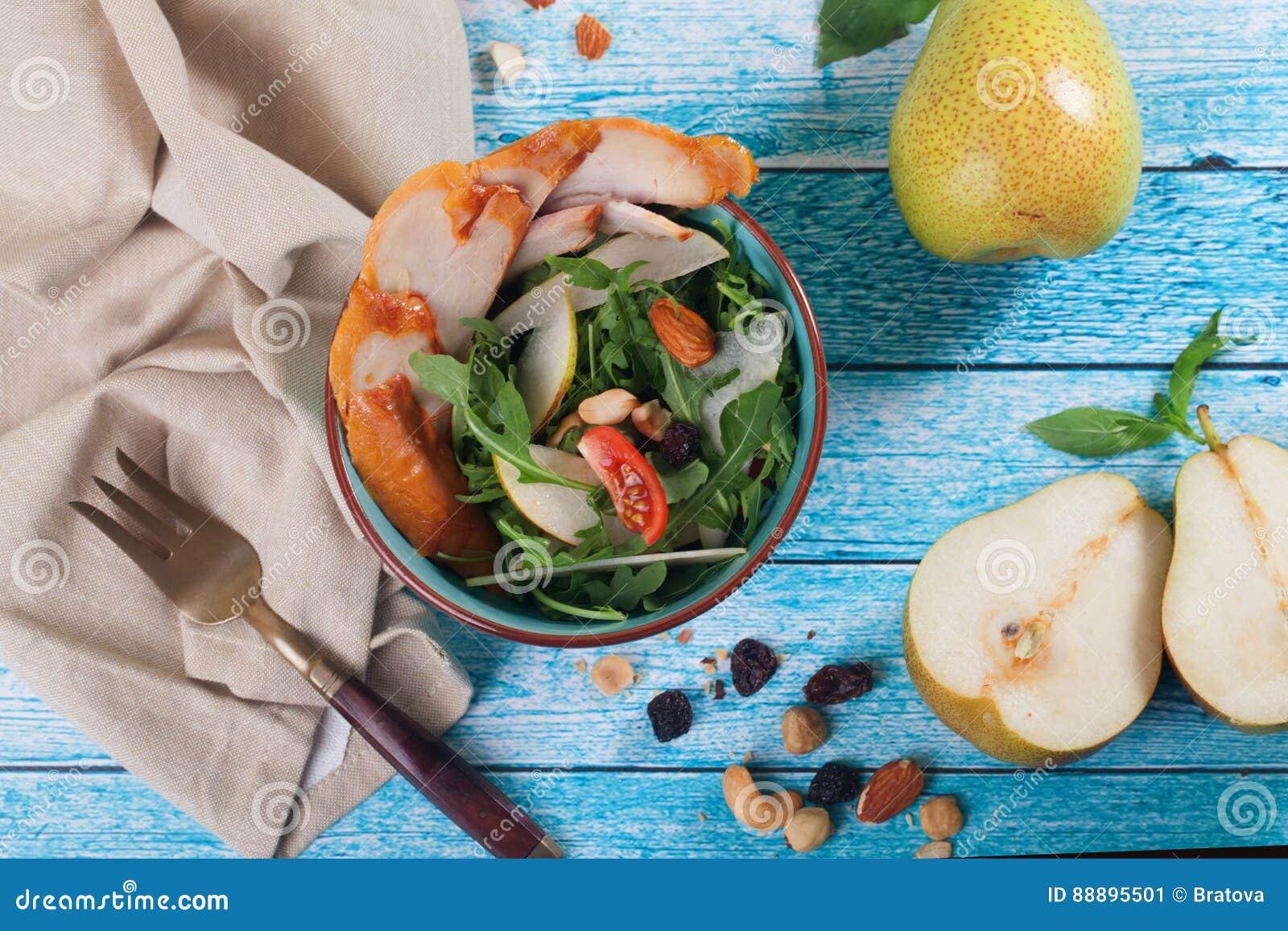 与熏制的鸡的沙拉,梨和芝麻菜sid从
