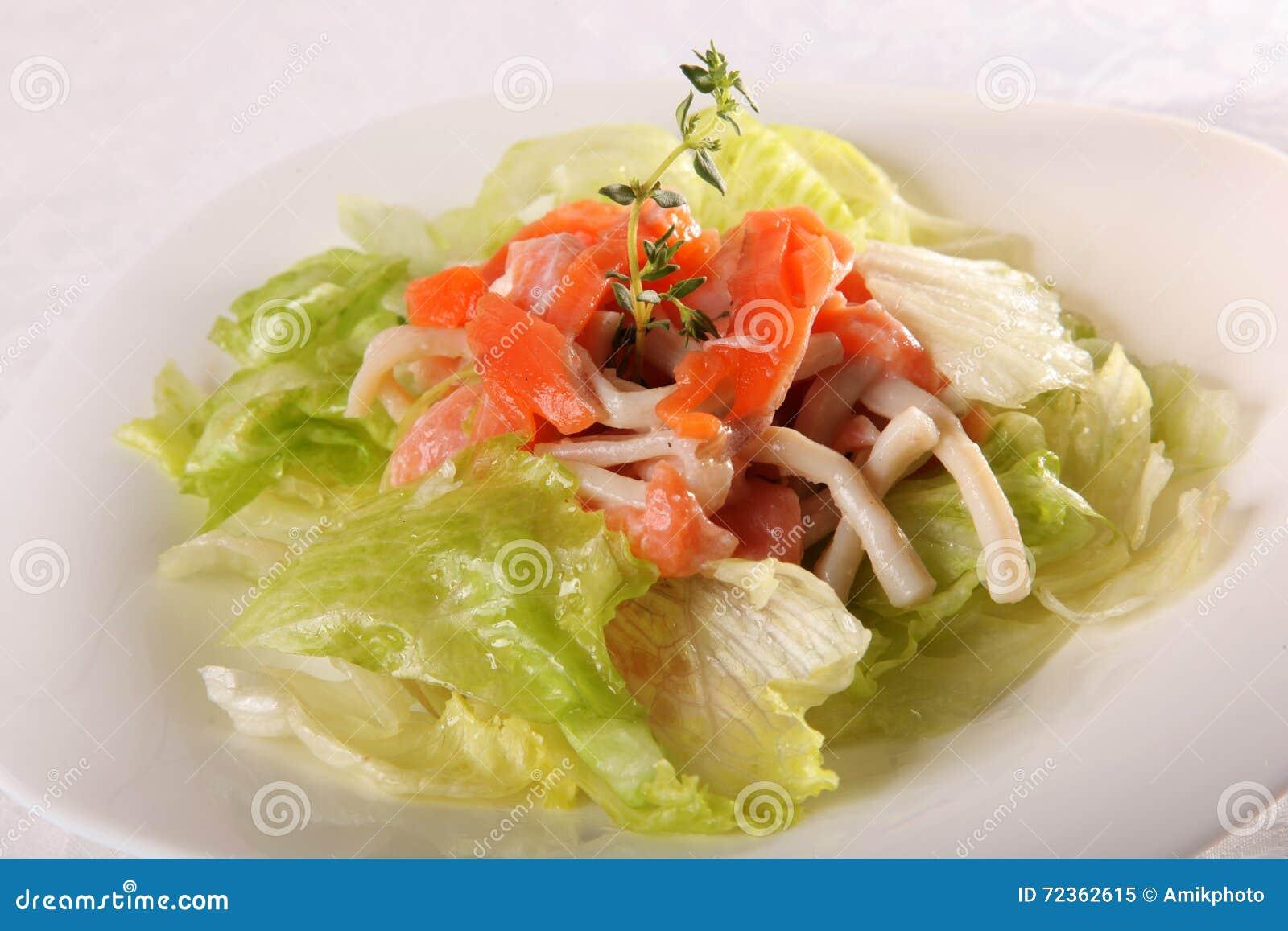 与熏制鲑鱼的沙拉