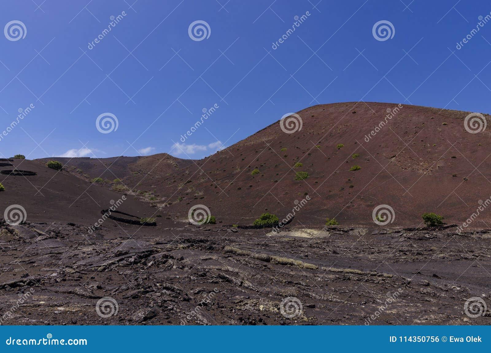 与熔岩荒野的火山的土坎