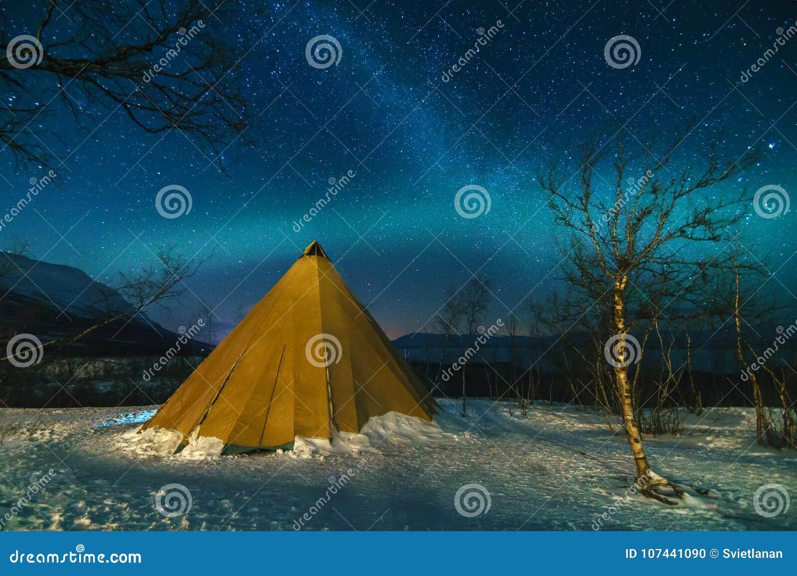 与爱斯基摩帐篷和北极光的冬天风景