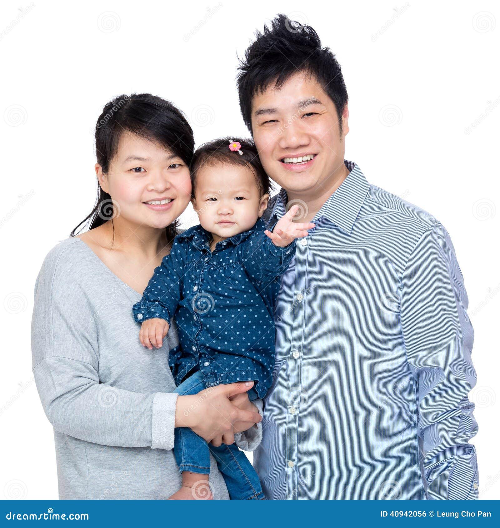 与父亲、母亲和他们的小女儿的愉快的亚洲家庭