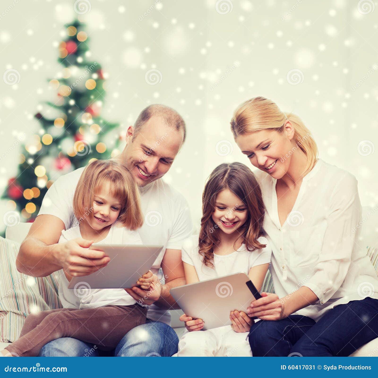 与片剂个人计算机计算机的愉快的家庭在家