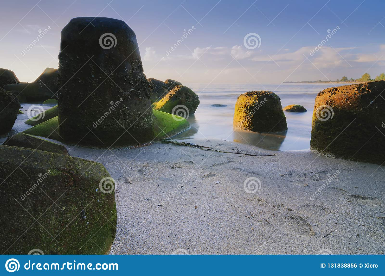 与独特的岩层风景的美好的海视图在惊人的日出