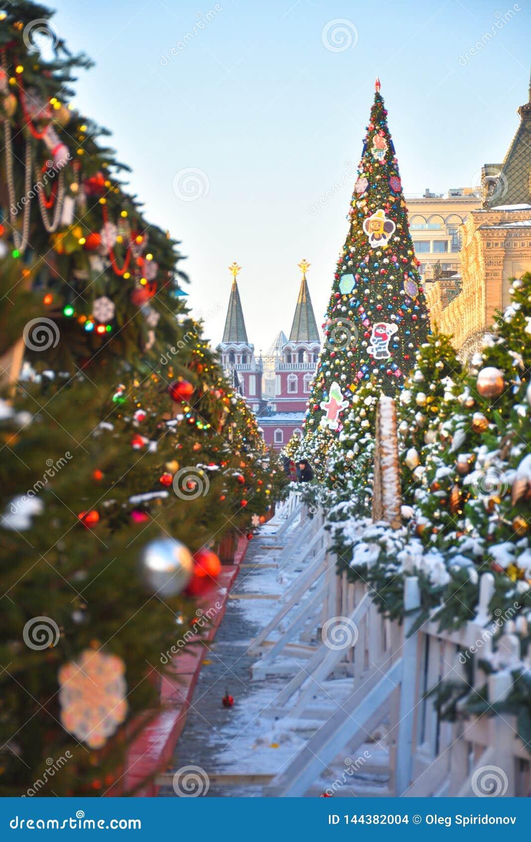 与玩具的圣诞树在红场在莫斯科