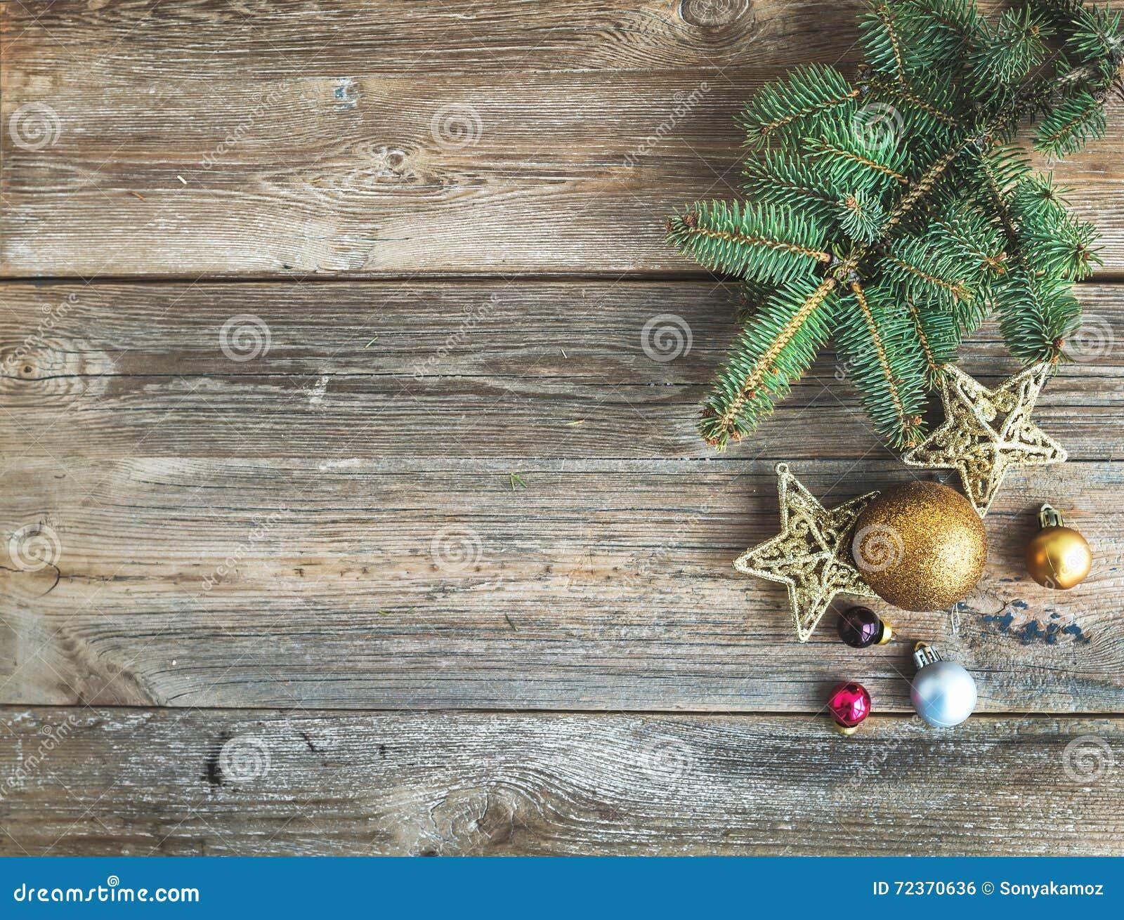 与玩具装饰和毛皮树枝,顶视图的圣诞节或新年土气木背景