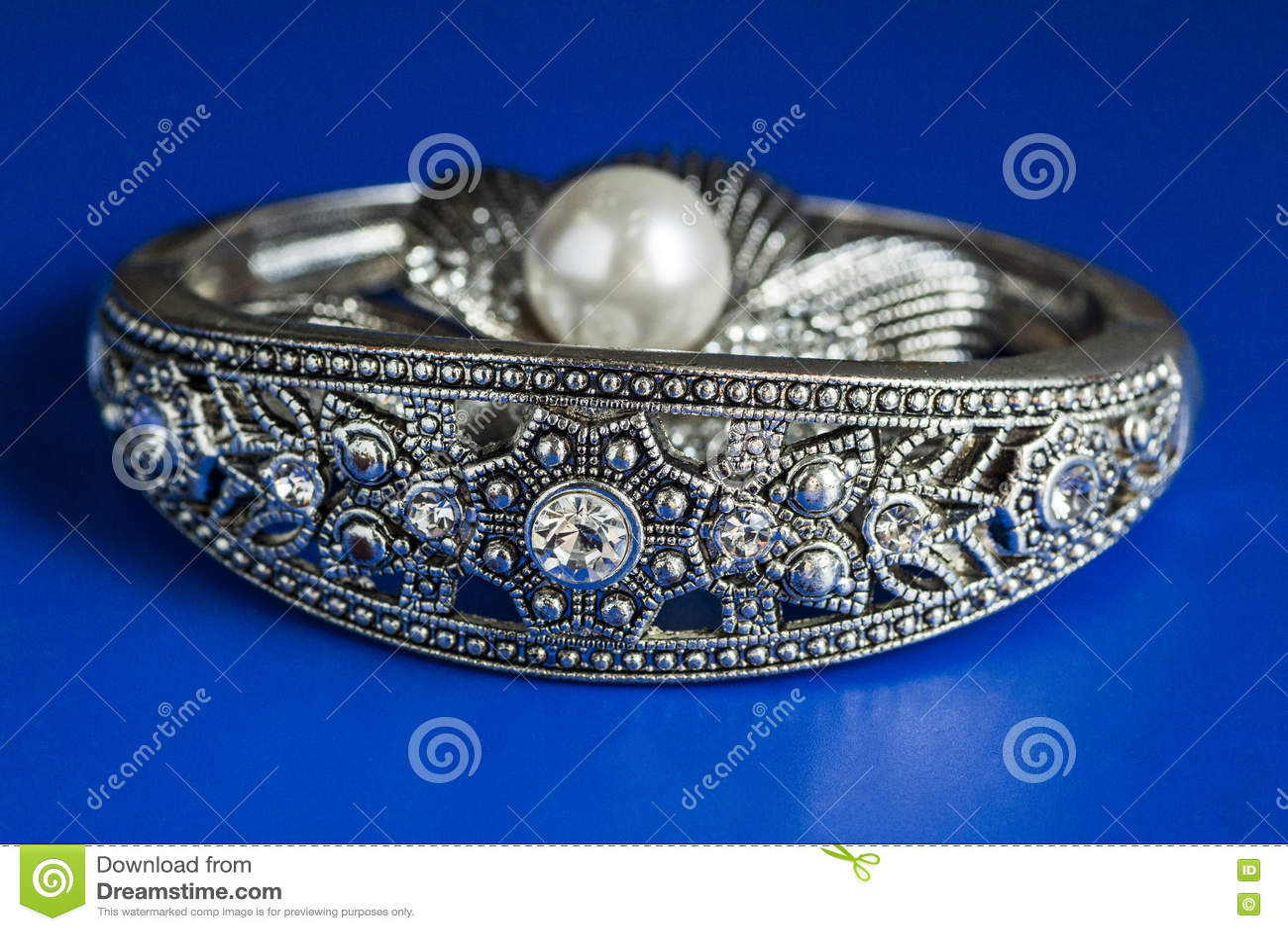 与珍珠和镯子的装饰