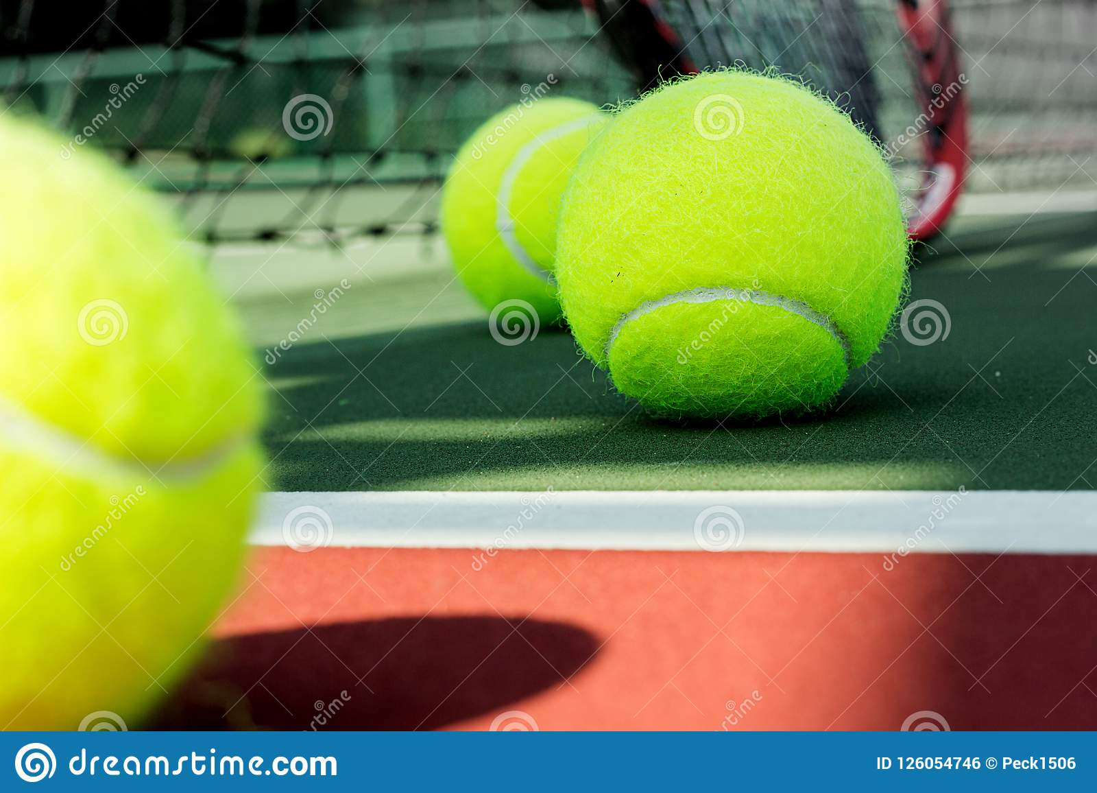 与球拍的网球在法院