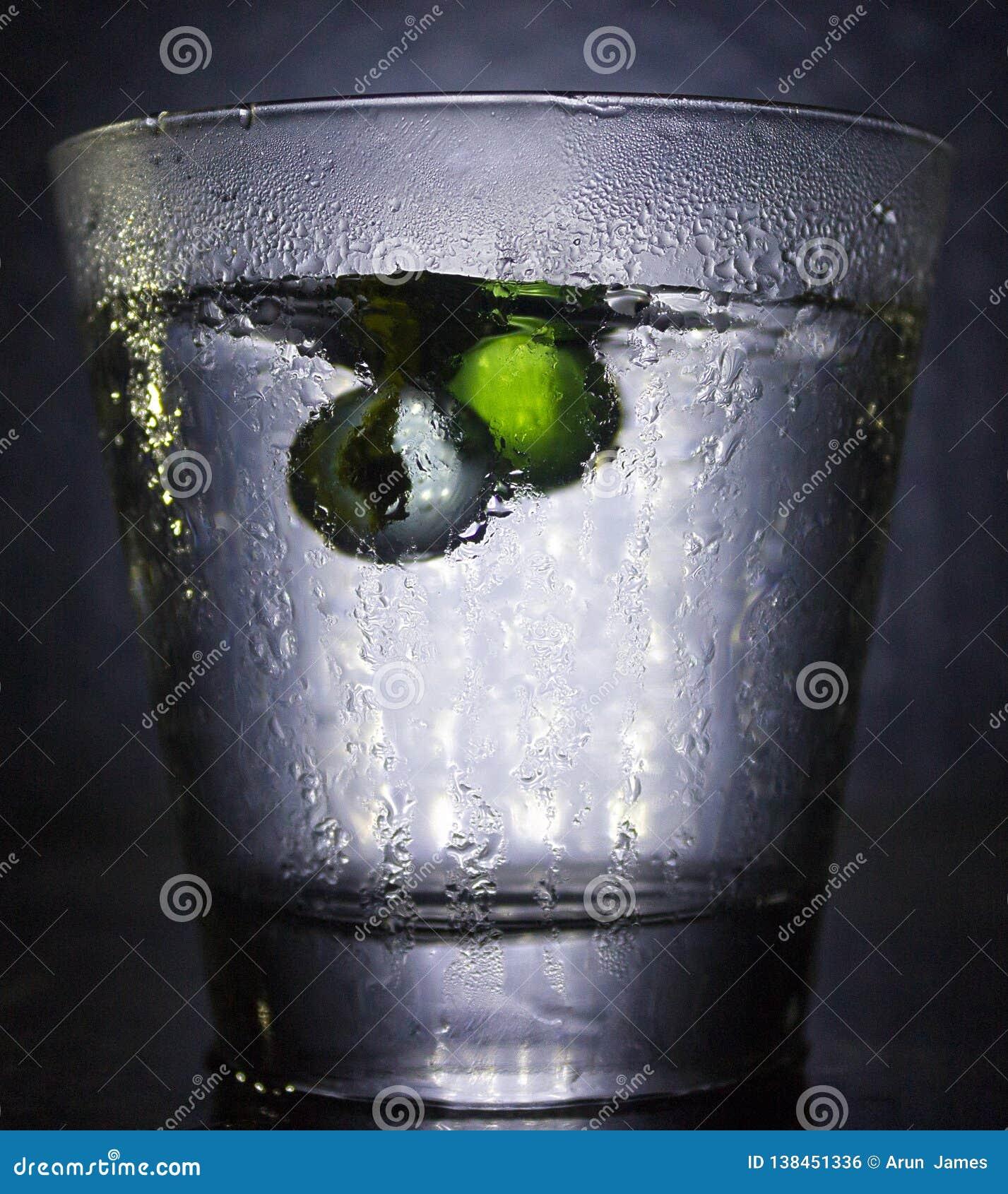 与球落的冷玻璃杯