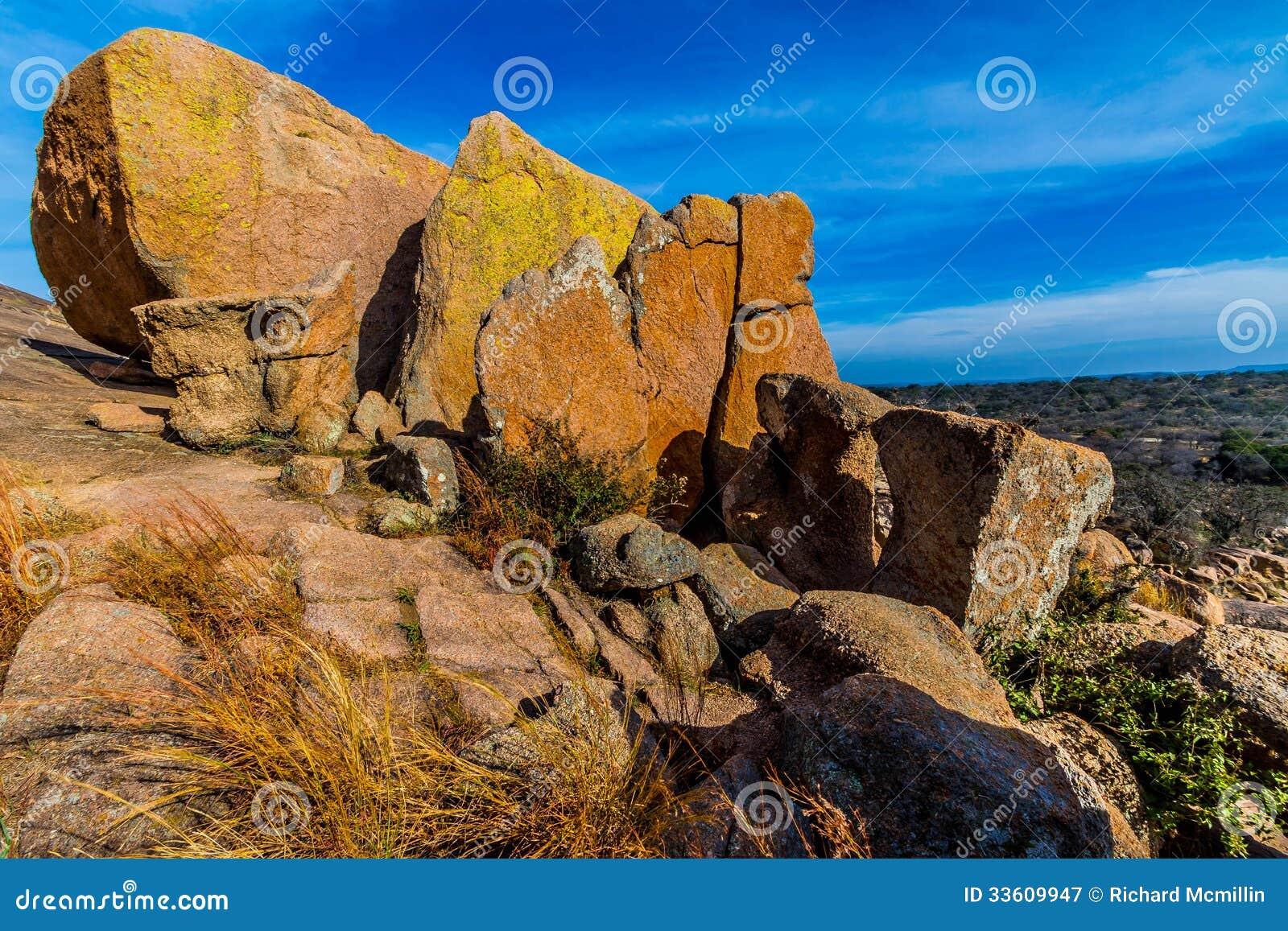 与用在着魔岩,得克萨斯的明亮地色的地衣盖的巨大的冰砾的一个美好的狂放的西部看法。