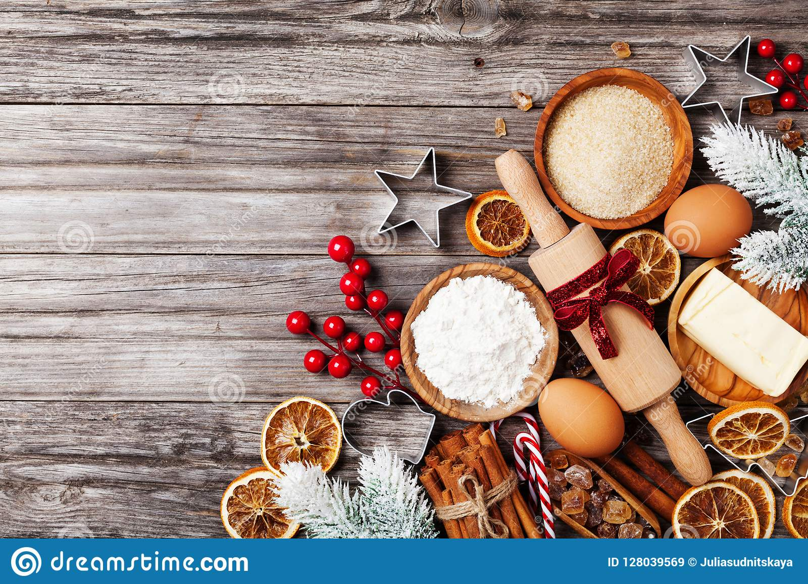 与用杉树烹调的圣诞节烘烤装饰的成份的面包店背景 撒粉于,红糖、鸡蛋和香料