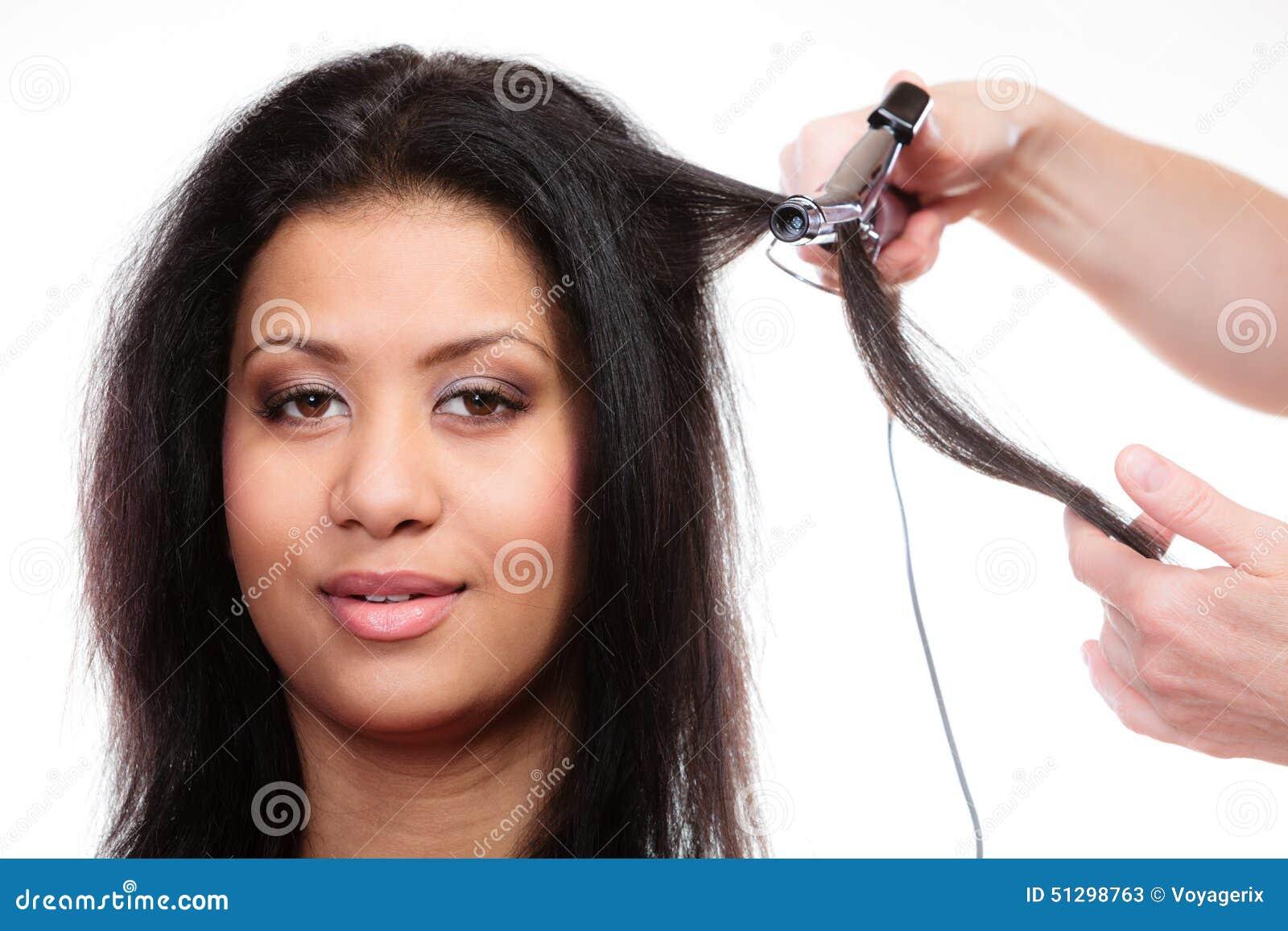 开创性 有做与电卷发夹铁的长的头发的可爱的混合的族种妇女发型图片