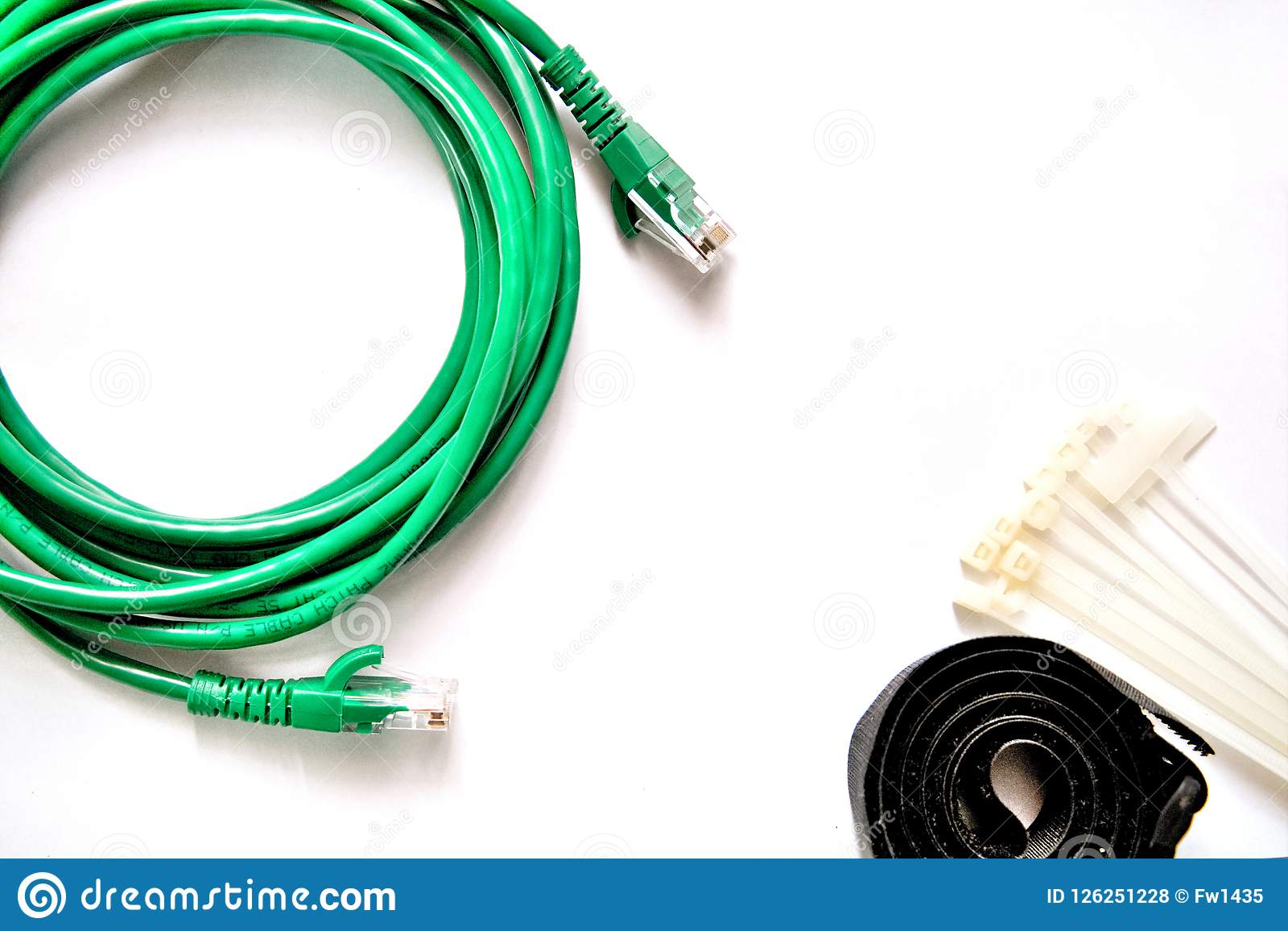 与电缆扎匝和缆绳皮带的蓝色和绿色LAN缆绳