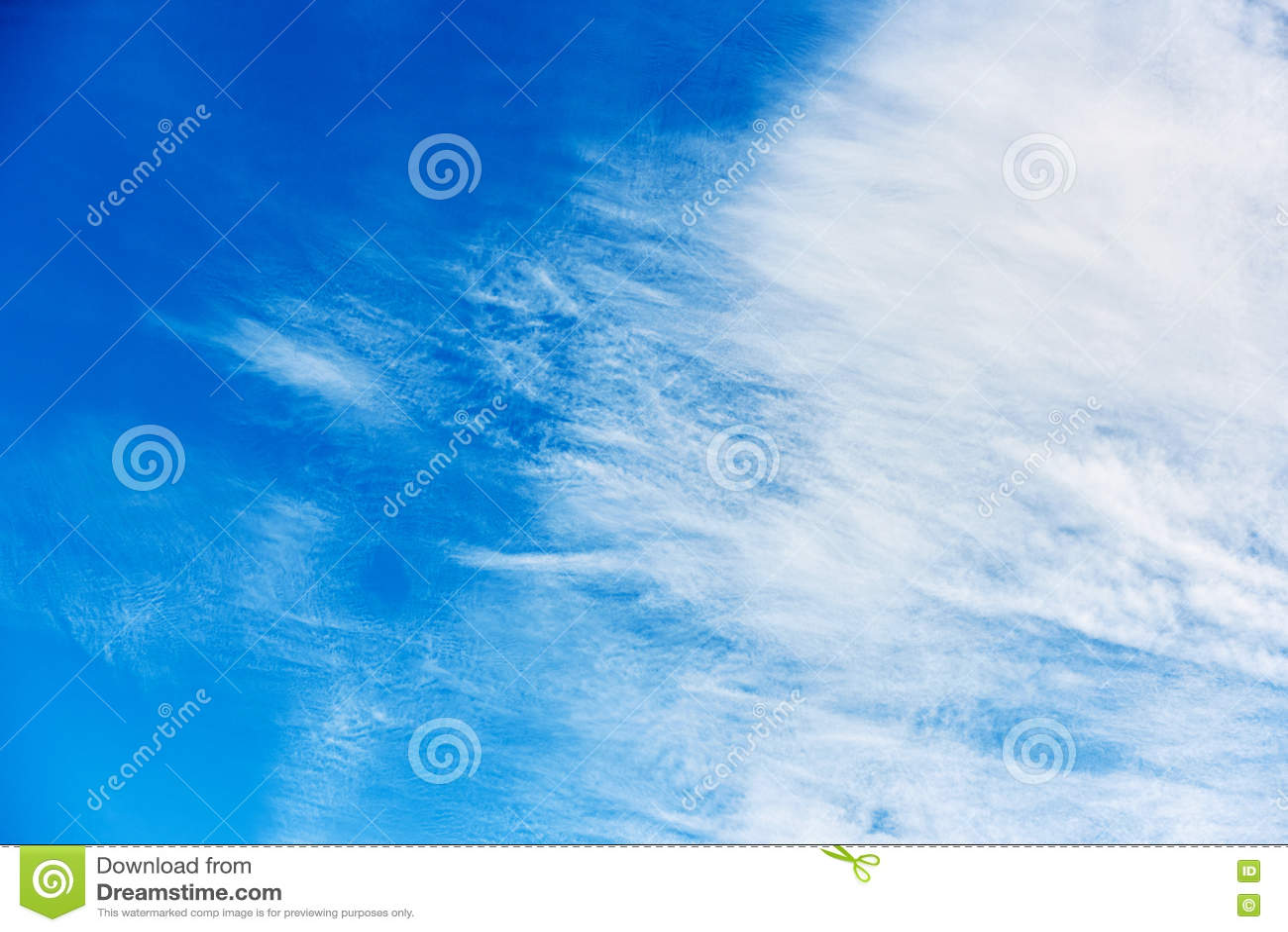 与疏散云彩的美丽的蓝天