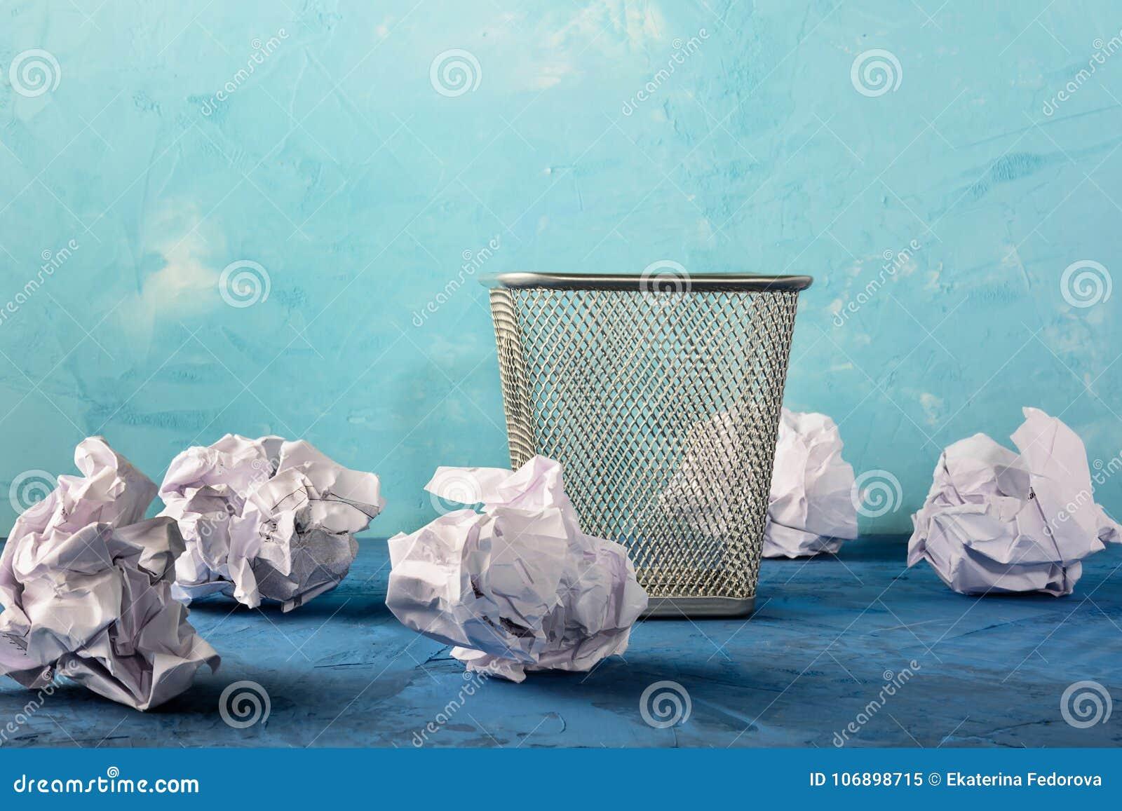 与疏散纸的垃圾箱 与地方的美好的背景文本的 空的框