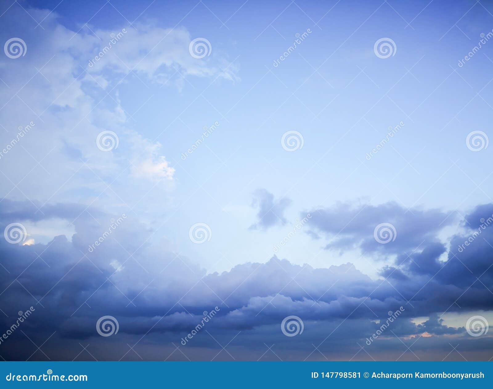 与白色云彩blackground的天空蔚蓝