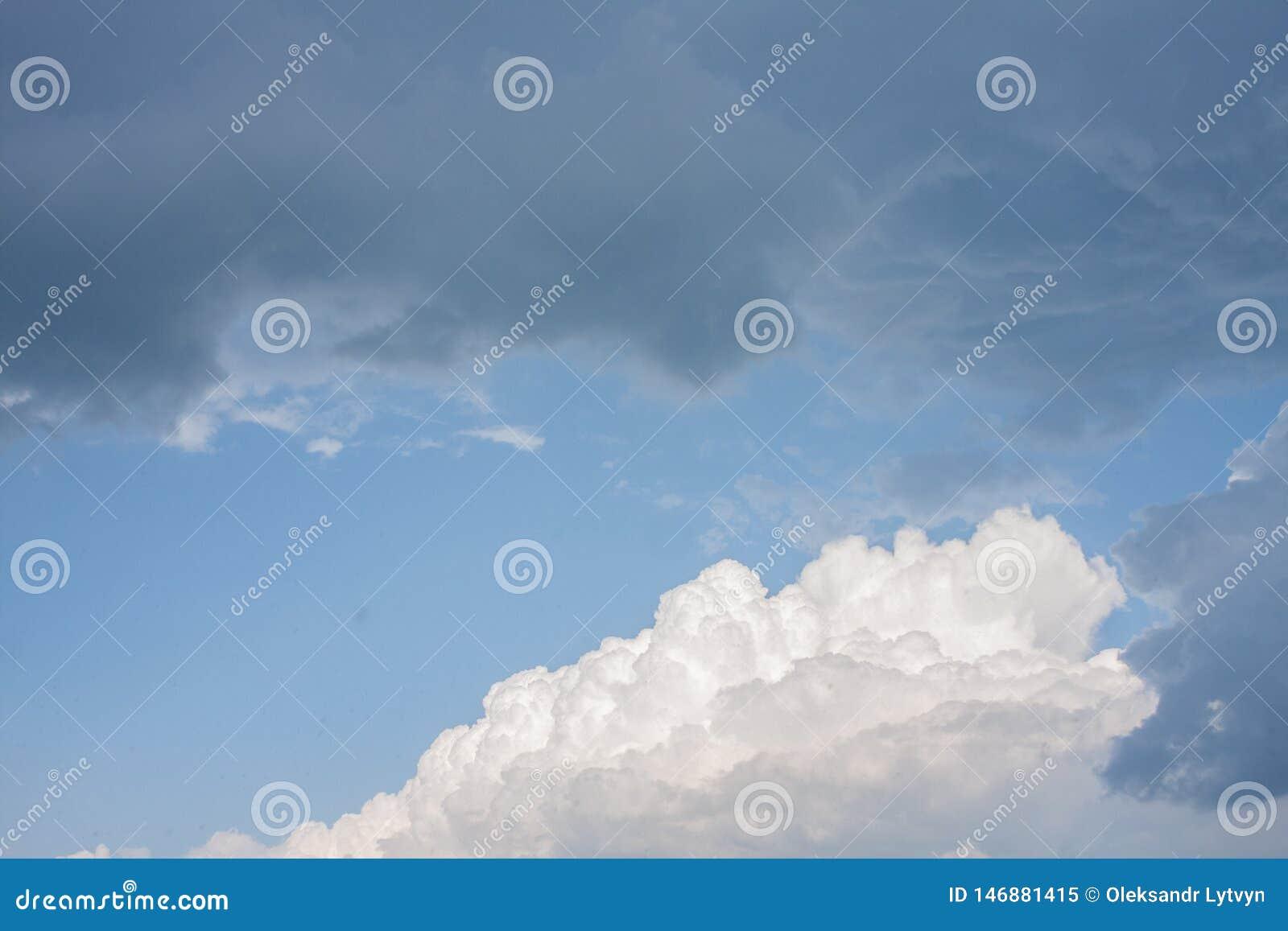 与白色和乌云的前风暴美丽的天空蔚蓝