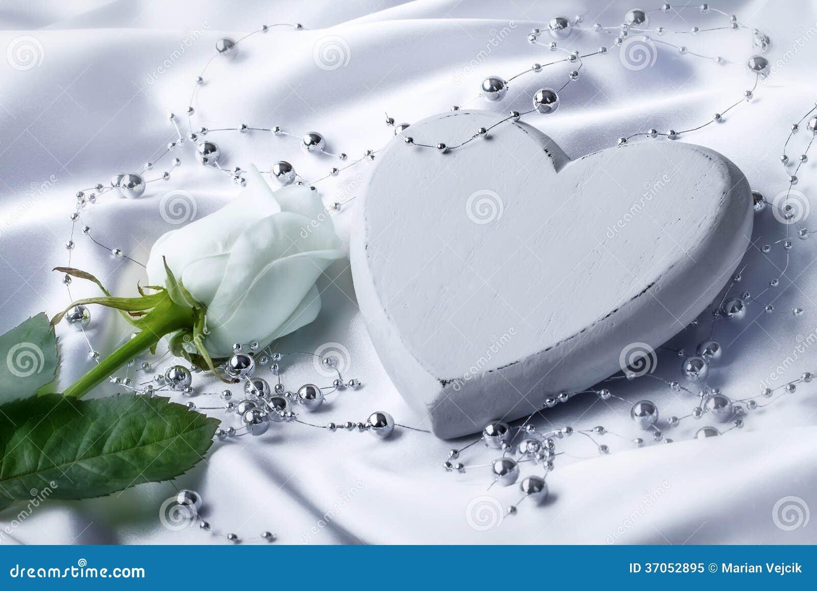 与白色玫瑰的白色心脏