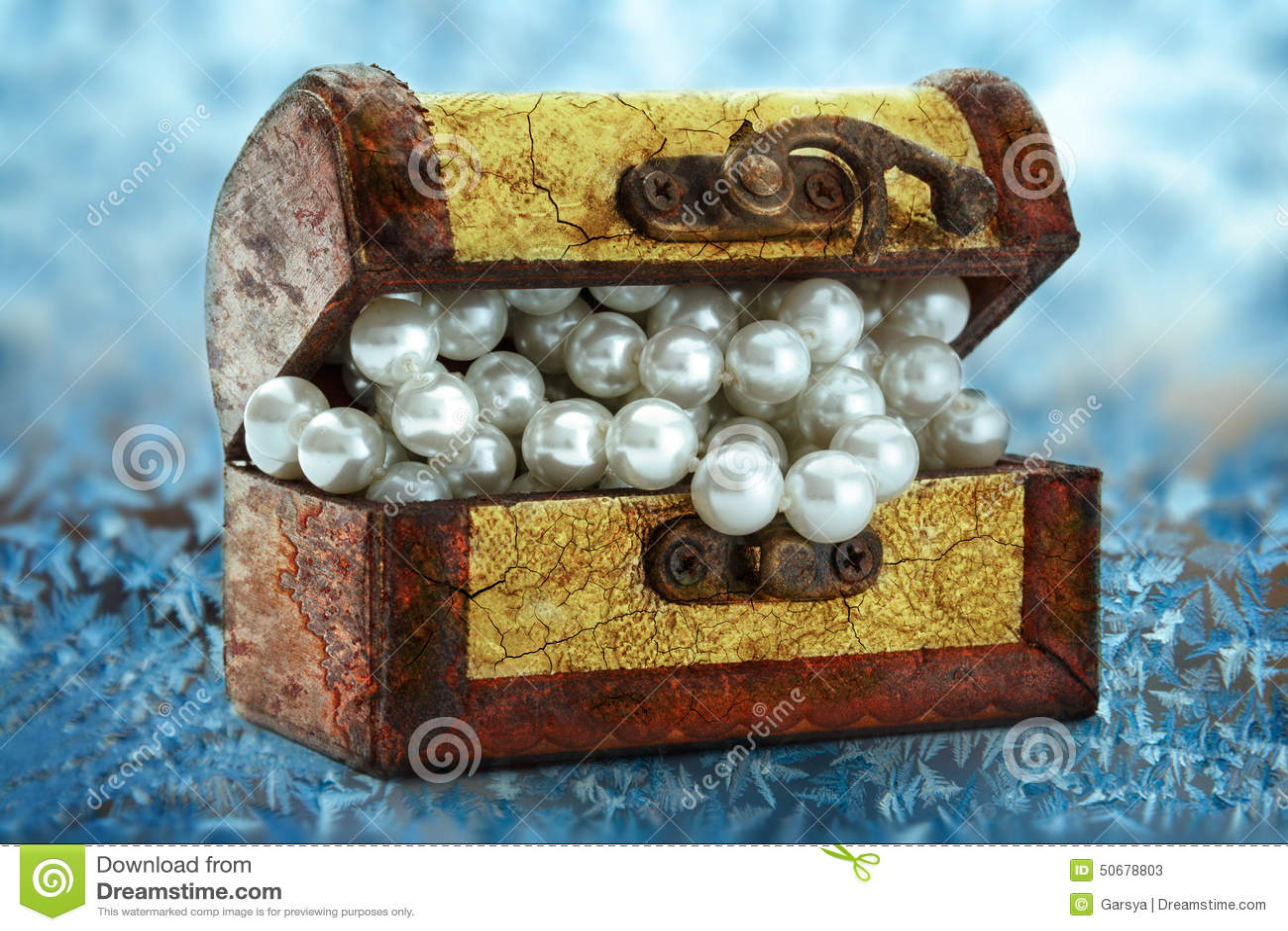 Download 与白色珍珠项链的木胸口 库存图片. 图片 包括有 礼品, 灰白, 锁定, 金黄, 特写镜头, 宝石, 装饰 - 50678803