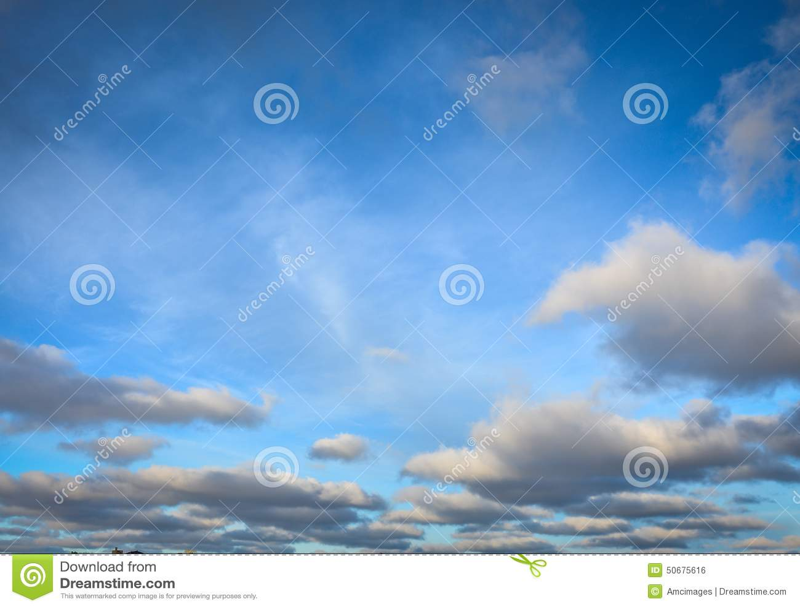 Download 与白色蓬松云彩的明亮的蓝天 库存照片. 图片 包括有 天空, 威斯康辛, 蓝色, 云彩, 天堂般, 照亮 - 50675616