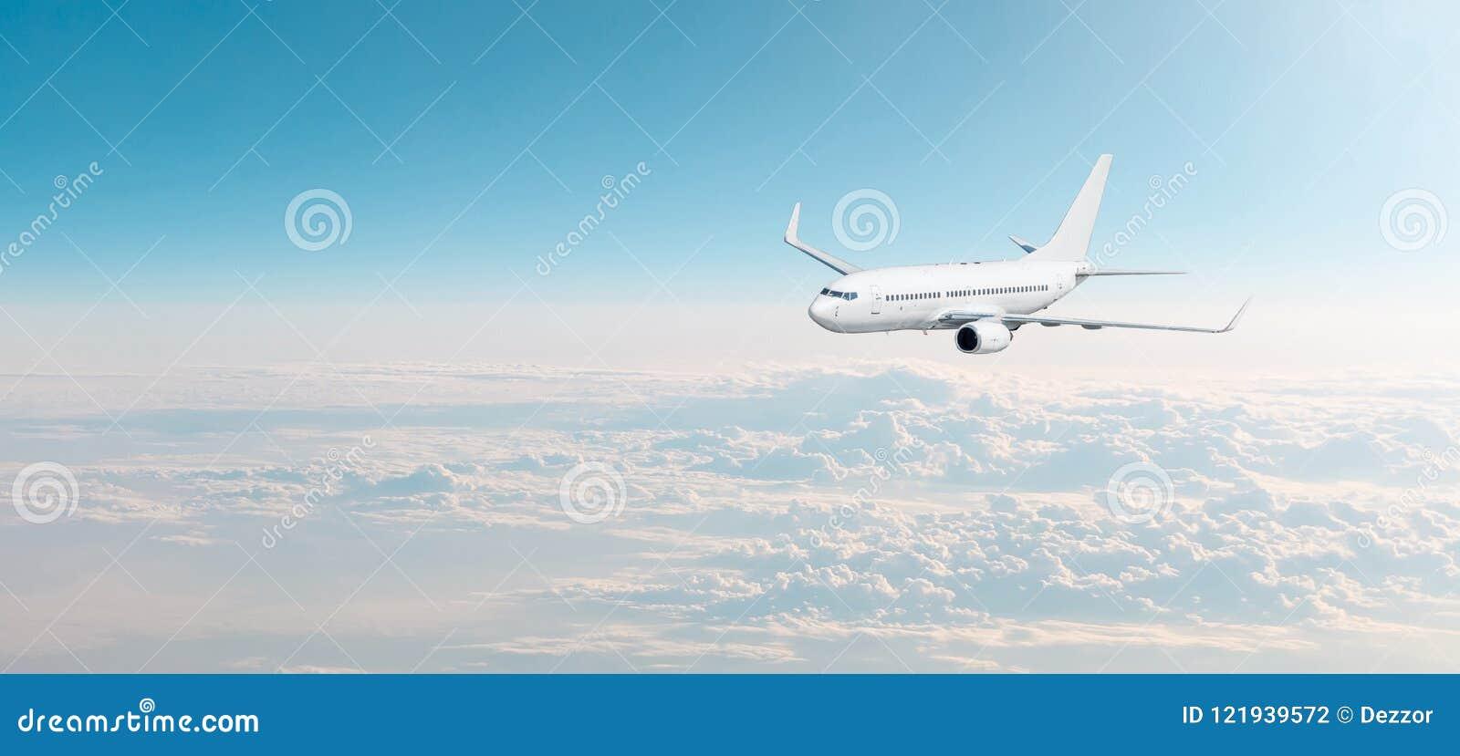 与白色飞机的客机cloudscape在晚上天空阴云密布,全景视图飞行