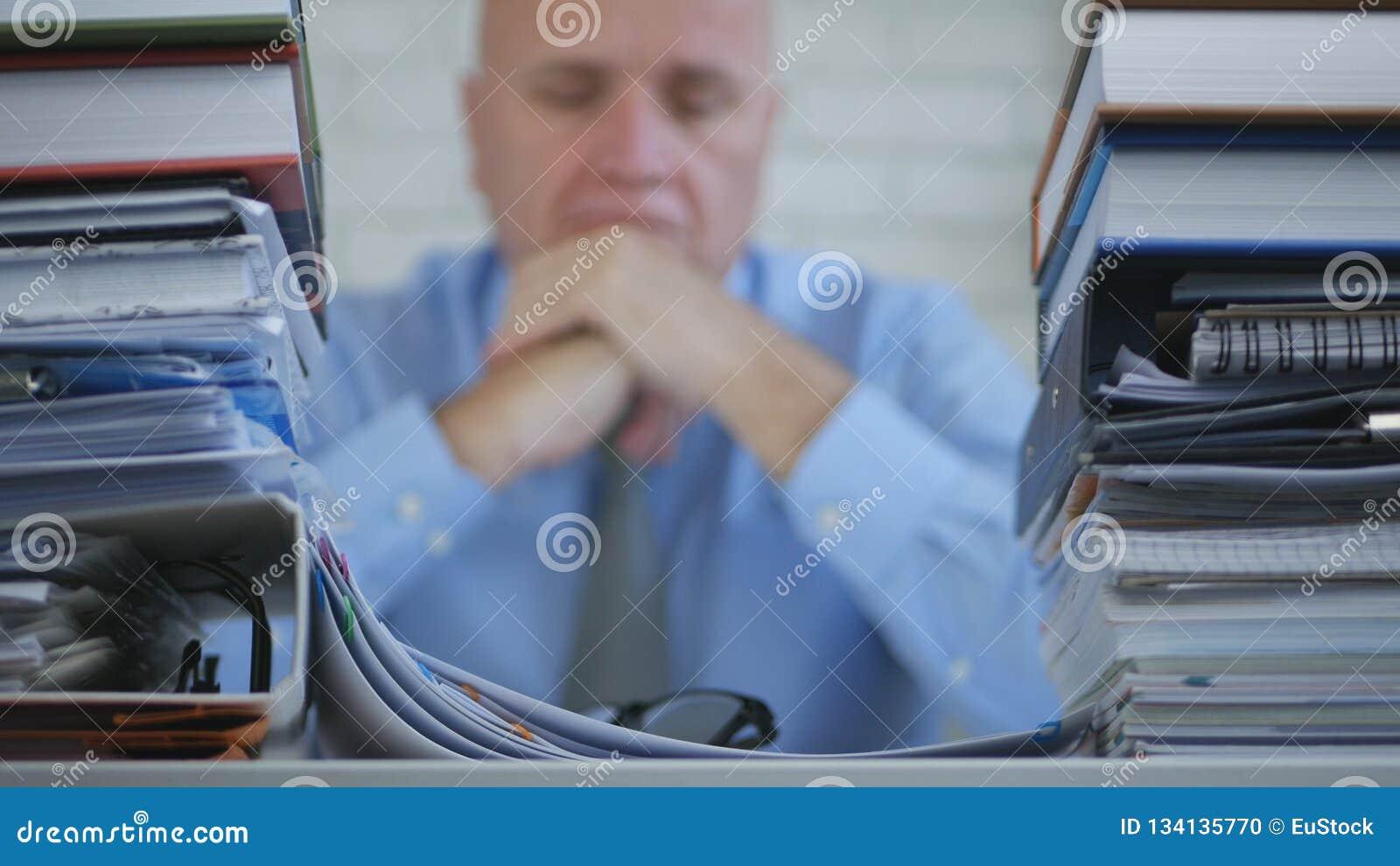 与看起来商人的图象的模糊的照片不耐烦和失望在档案O里