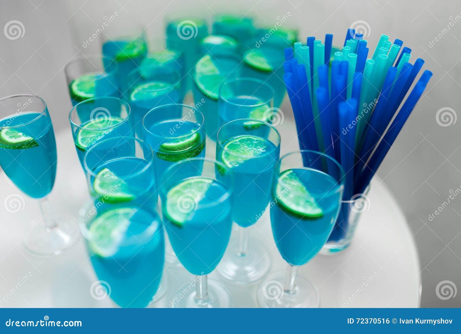 与石灰的一些蓝色鸡尾酒在桌上