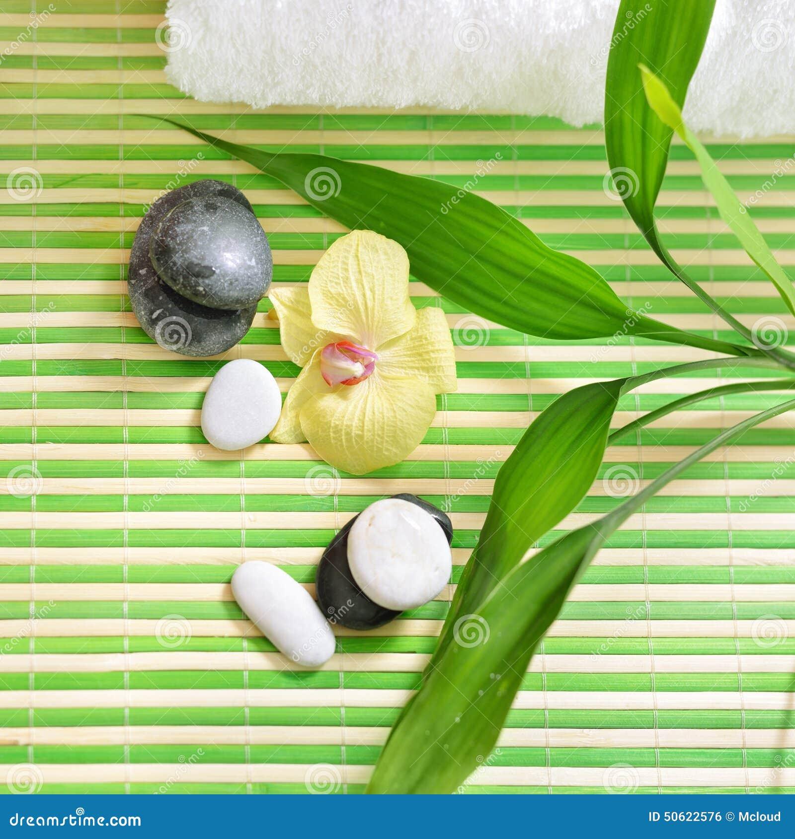 与石头、兰花花和绿色竹子的温泉治疗