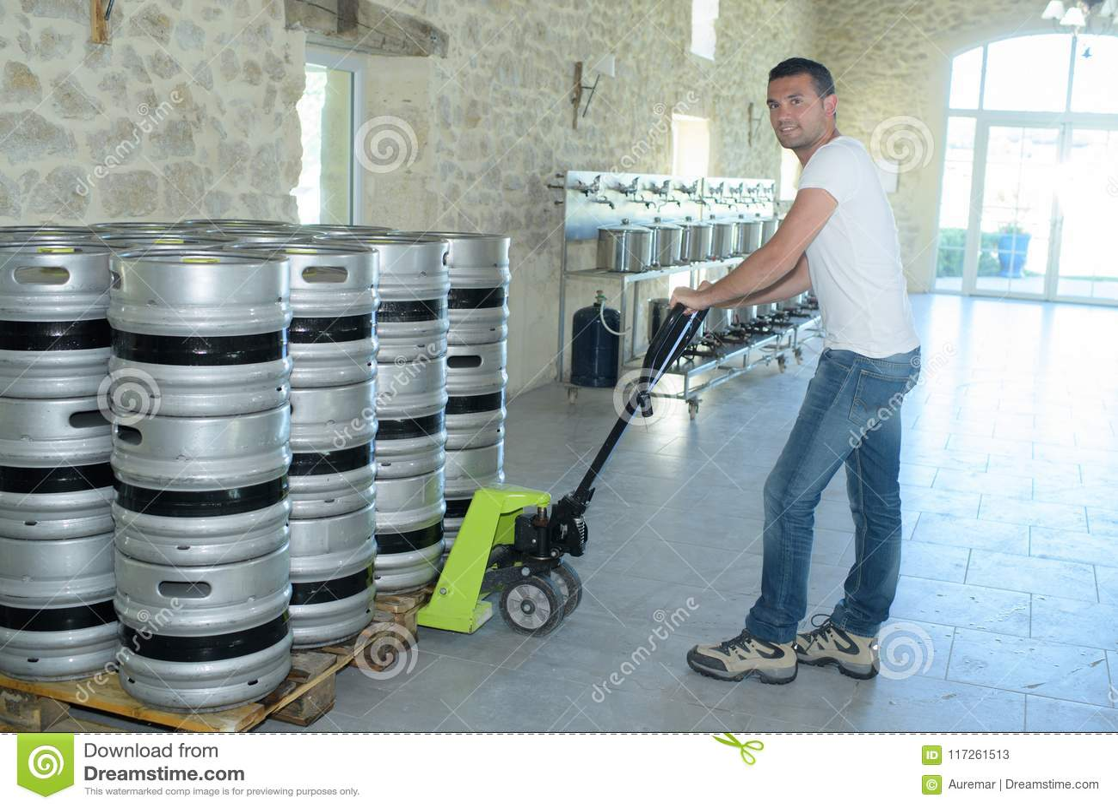 与码垛车的工作者移动的桶