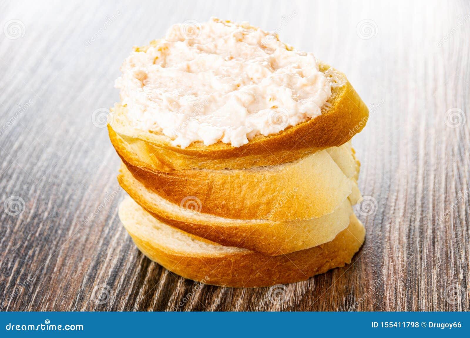 与磷虾浆糊的三明治在面包片在木桌上的