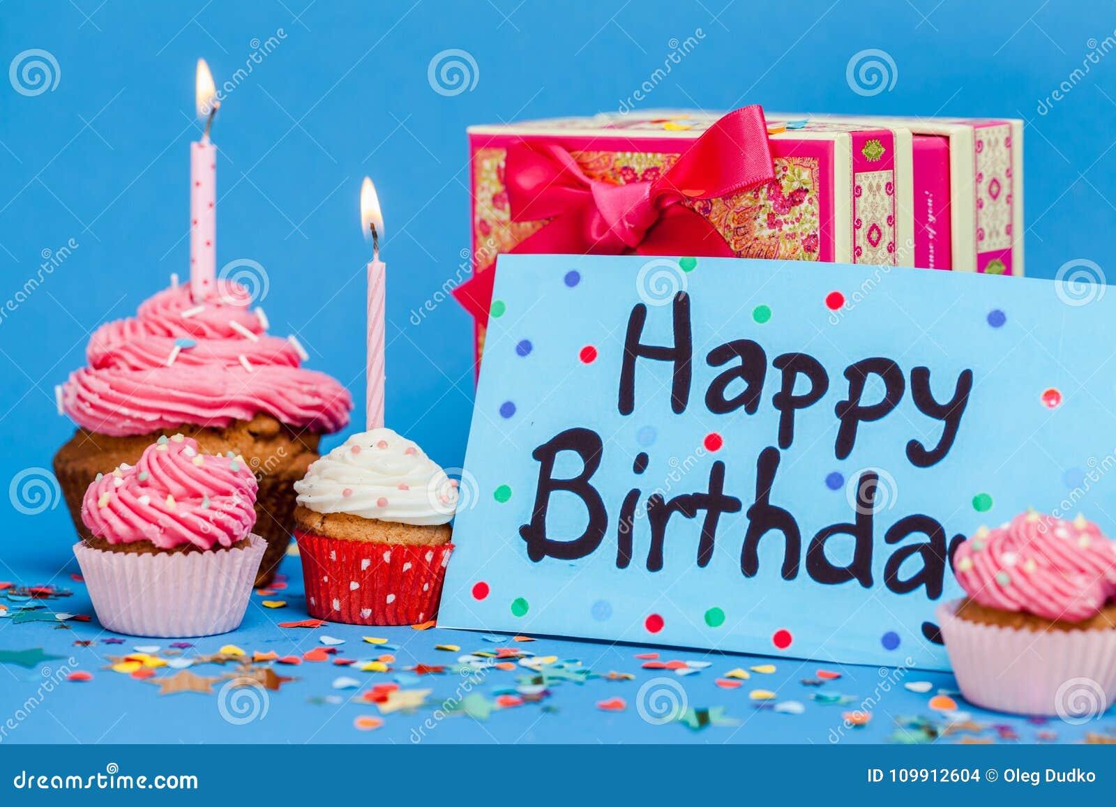 与礼物和杯形蛋糕的生日快乐卡片