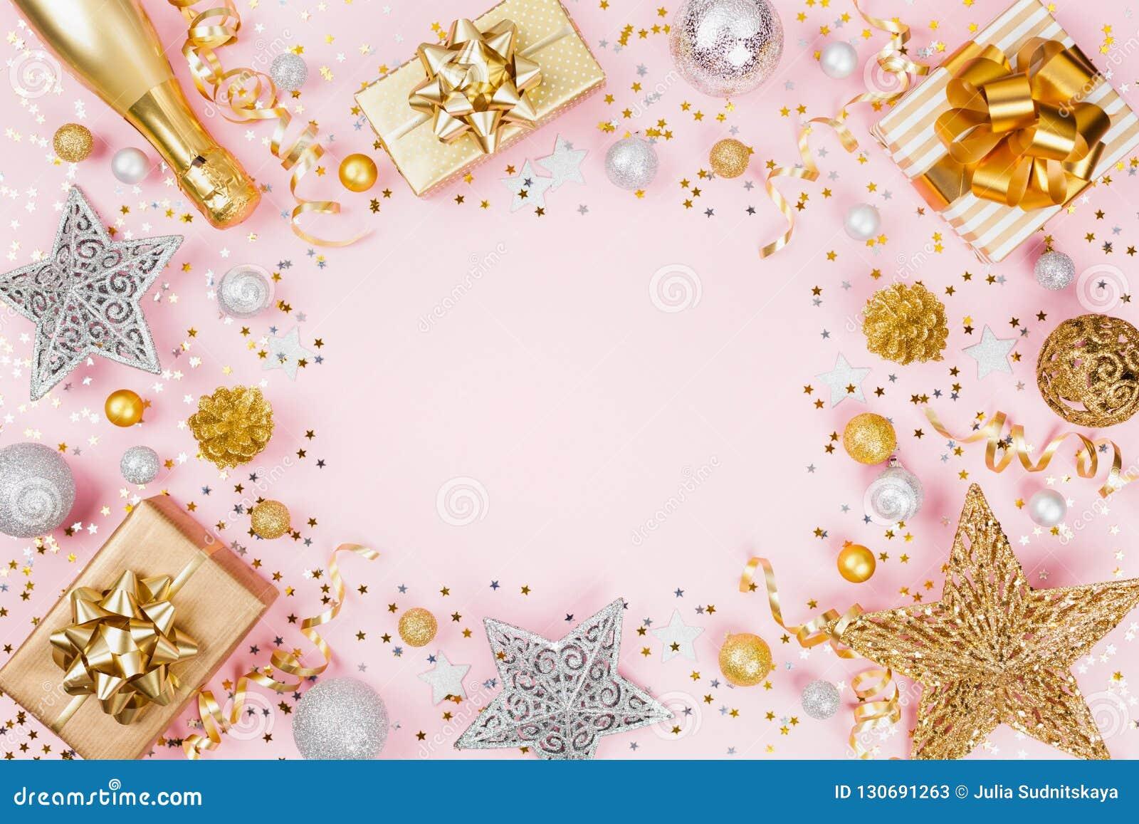 与礼物的圣诞节背景或当前箱子、香槟、五彩纸屑和假日装饰在桃红色淡色台式视图 平的位置