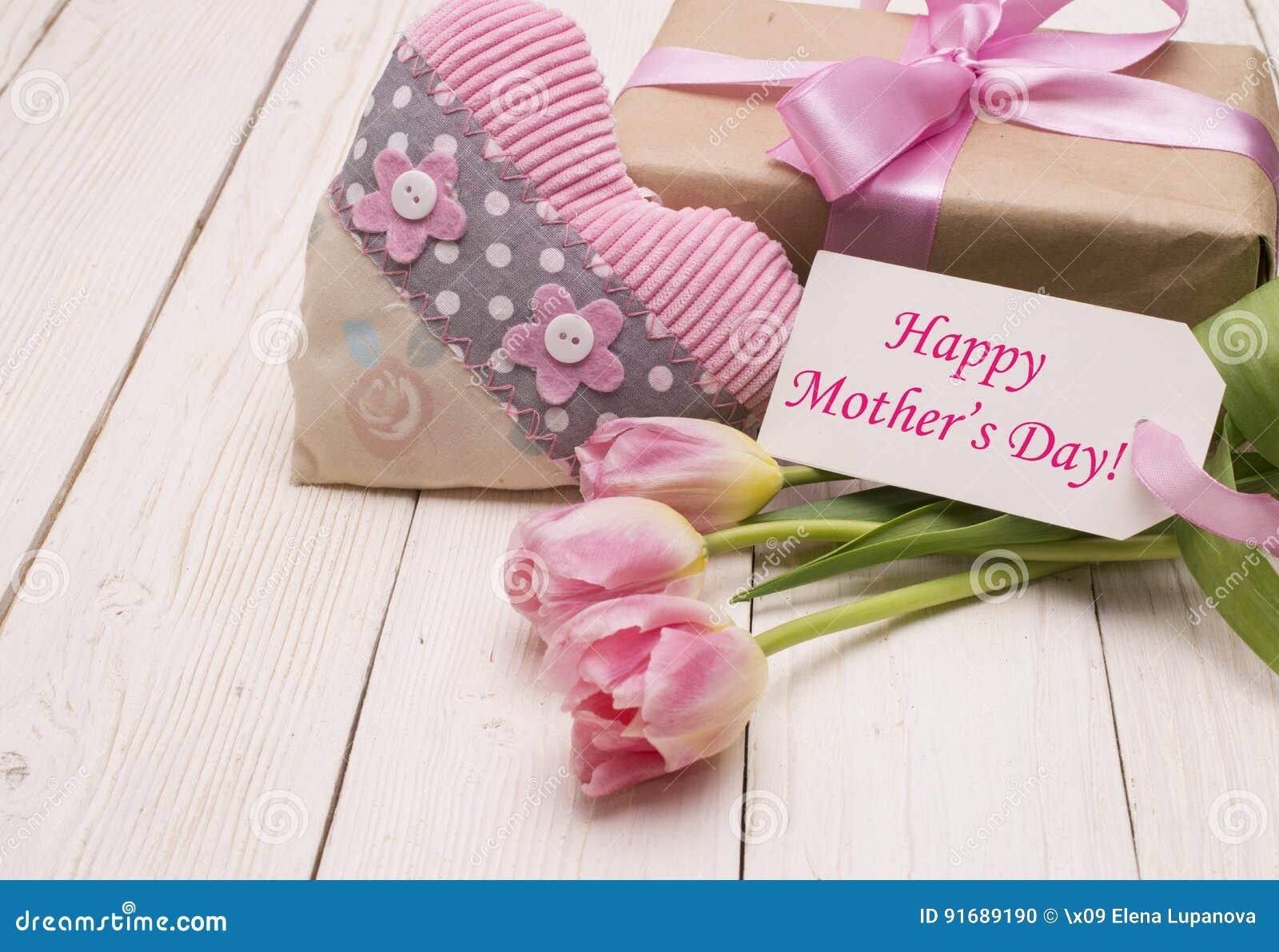 与礼物盒的美丽的郁金香 愉快的母亲节,浪漫静物画,鲜花