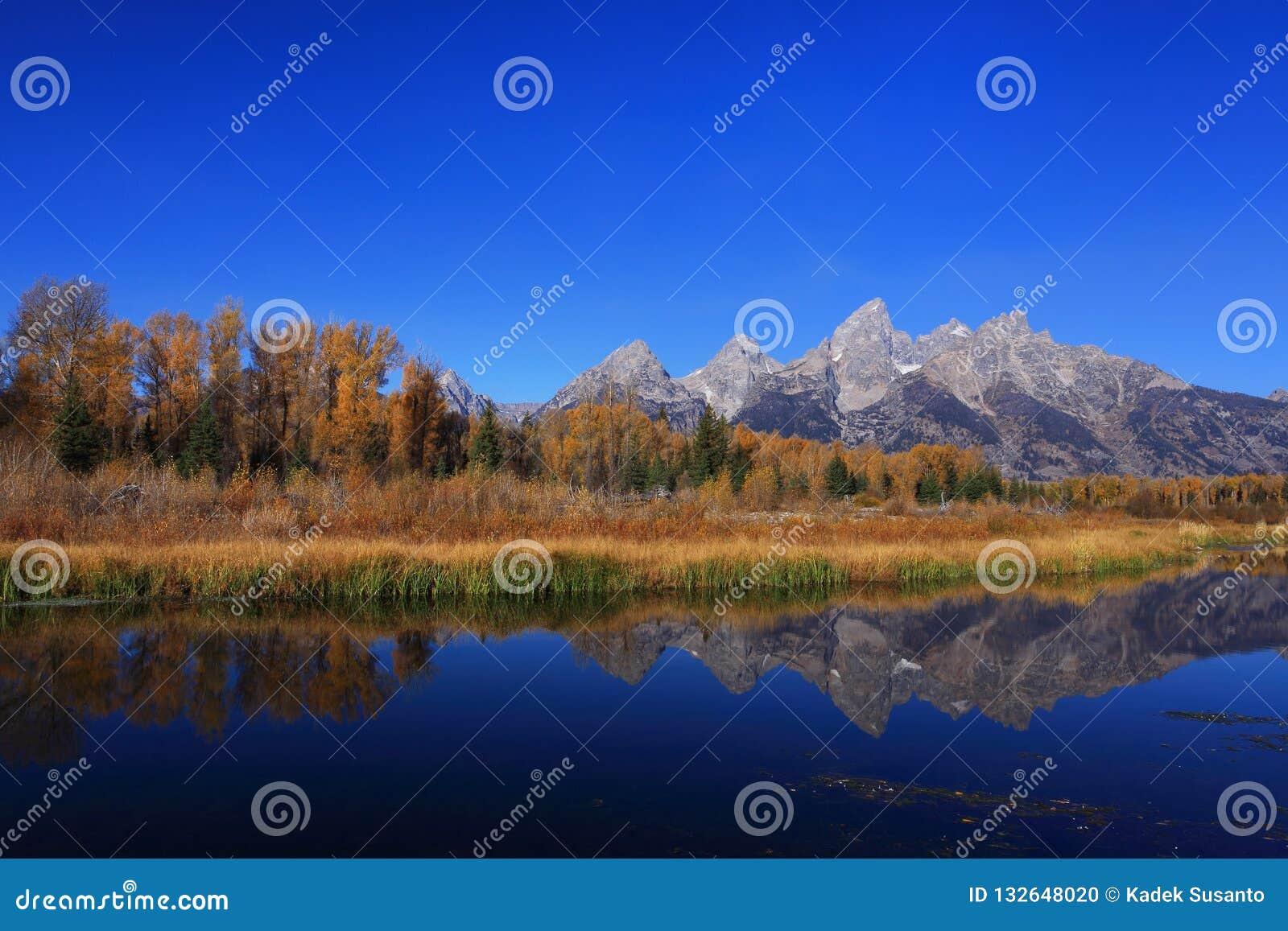 与秋天颜色的天空蔚蓝山