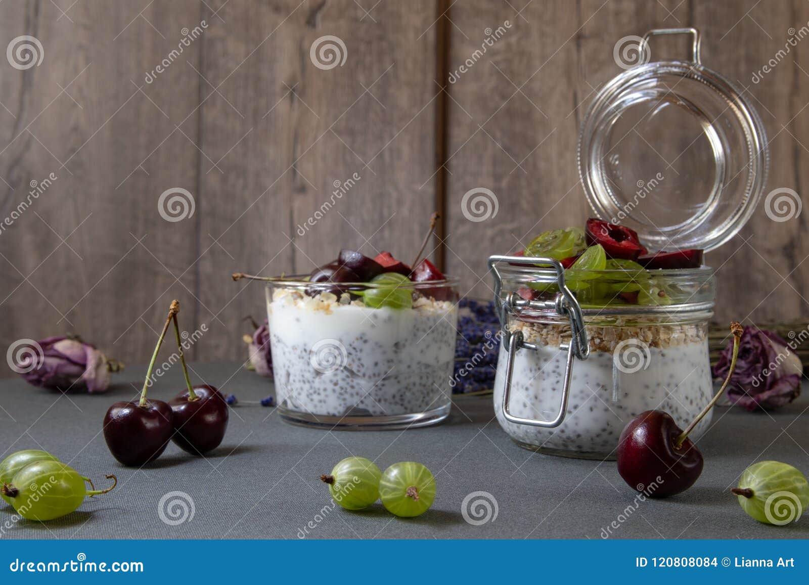 与种子的酸奶chia和莓果