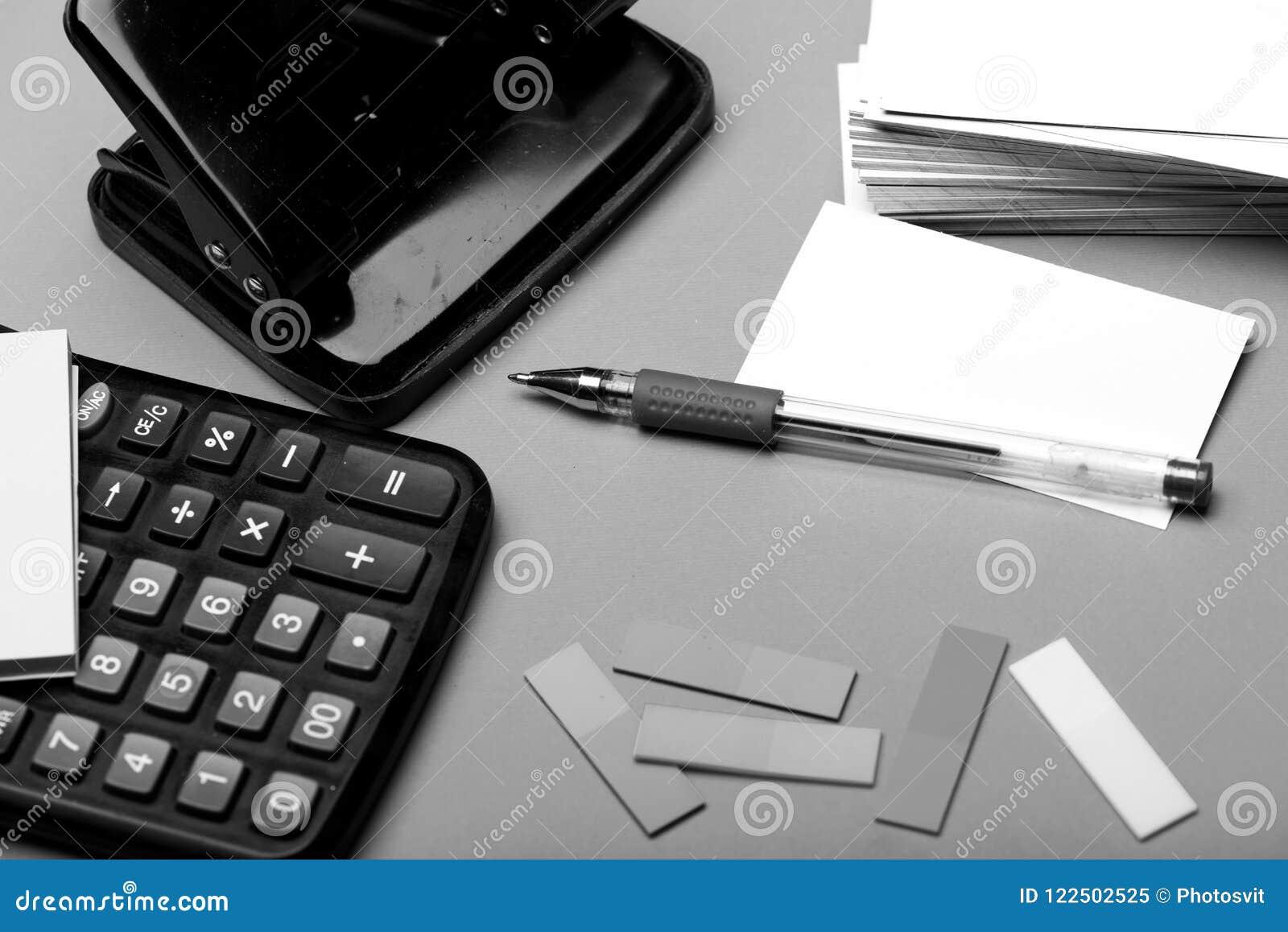 与空的空间的名片在打孔器和稠粘的笔记附近 书签、便条纸和白色卡片与笔