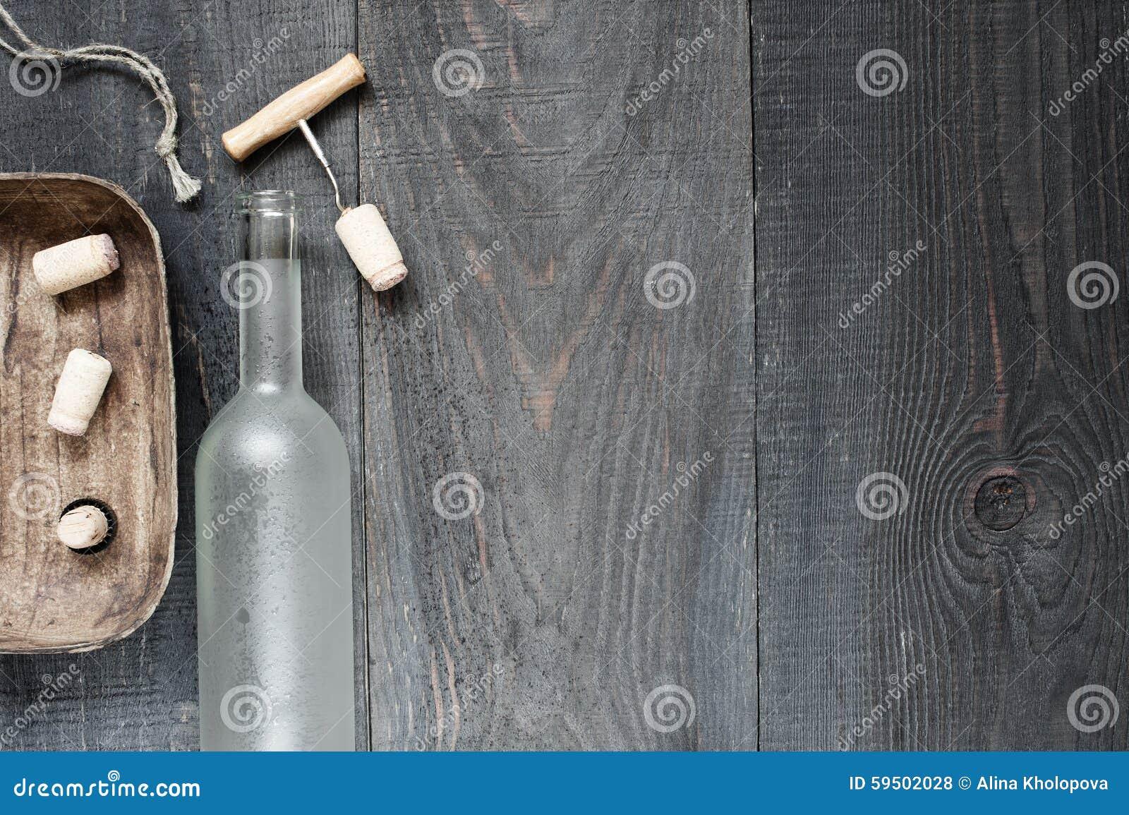 与空的酒瓶的葡萄酒黑暗的背景